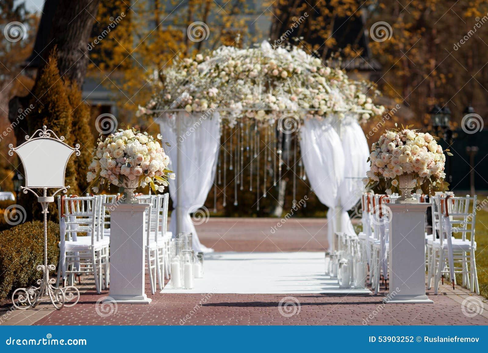 婚礼曲拱在庭院里