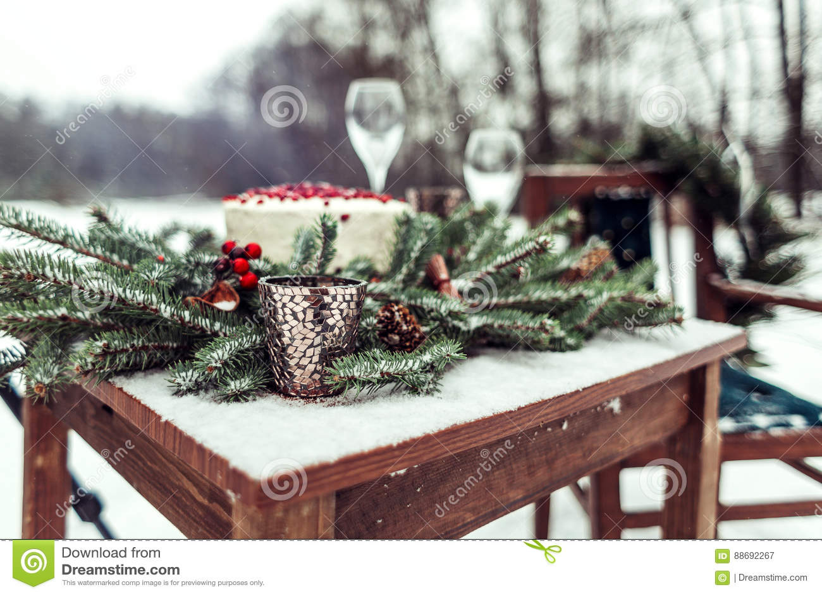 婚礼照片写真的美丽的冬天装饰在土气样式的街道上