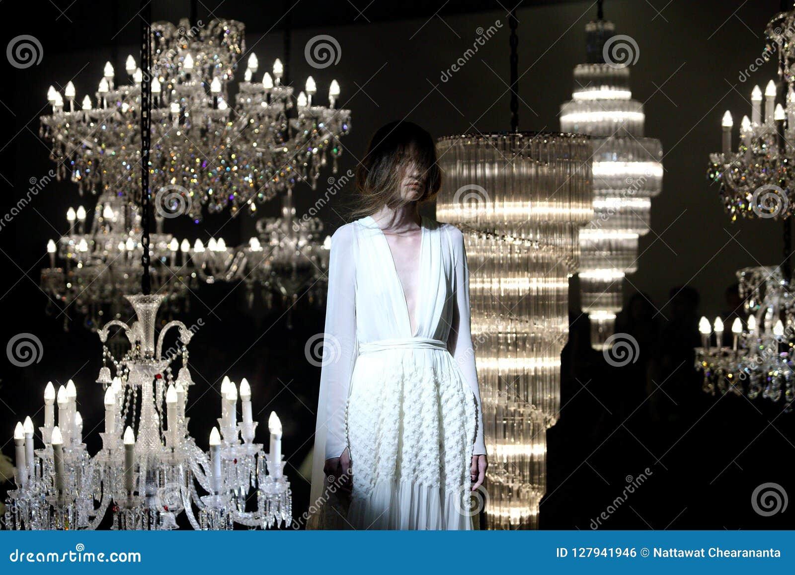 婚礼礼服和晚礼服时装表演沿枝形吊灯
