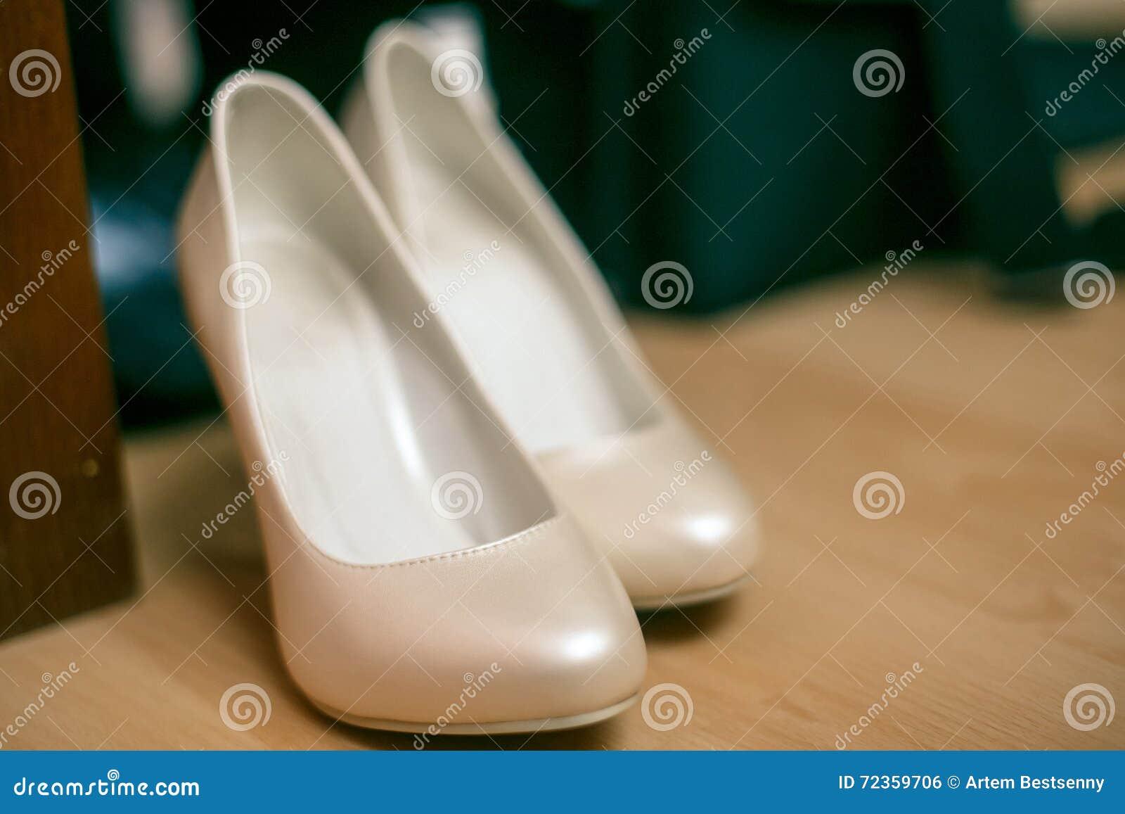 婚礼穿上鞋子米黄色的白色