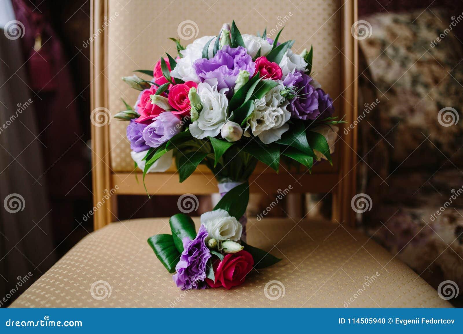 婚礼花束和钮扣眼上插的花