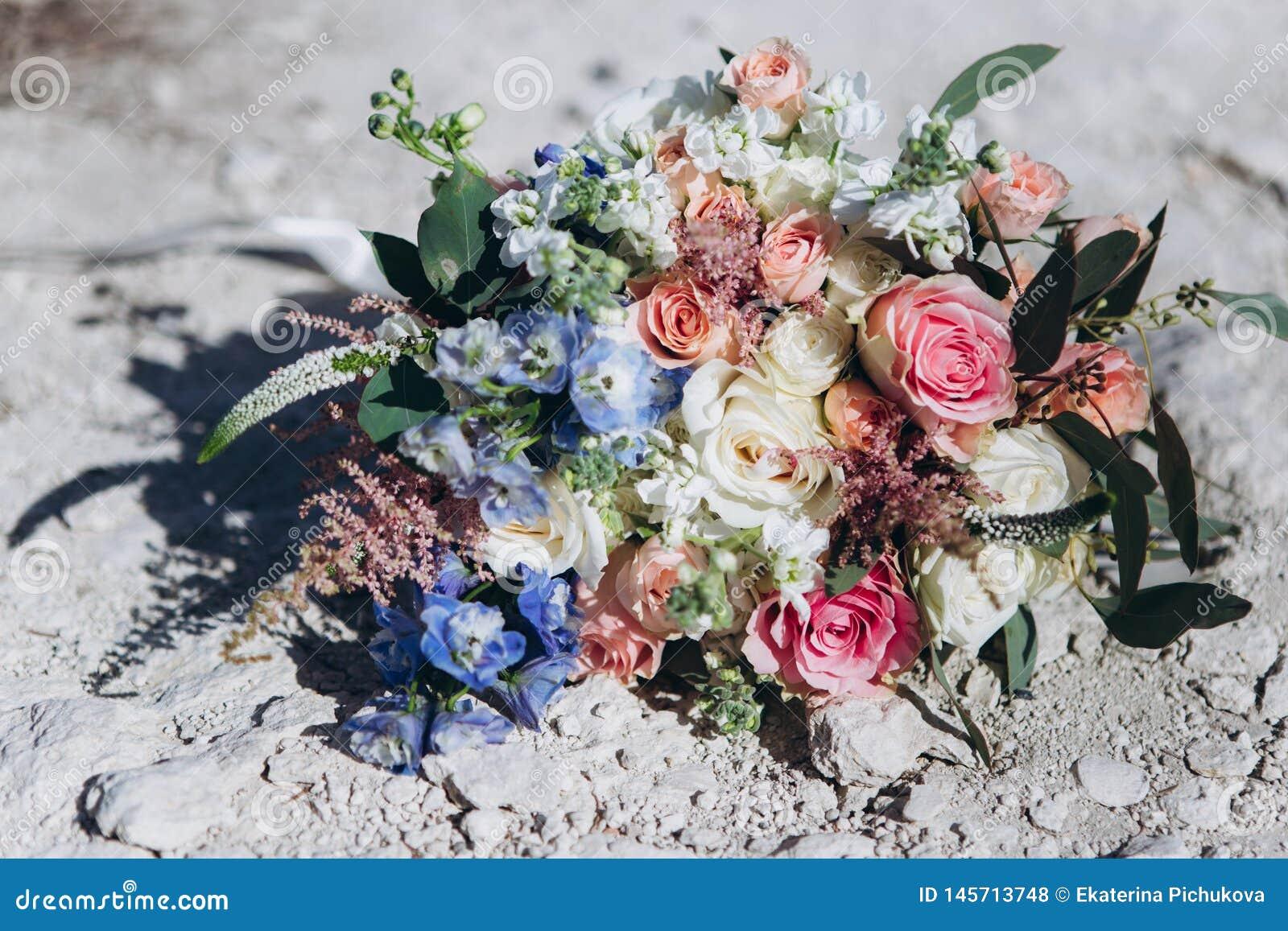 婚礼花束,floristics,与蓝色和桃红色花