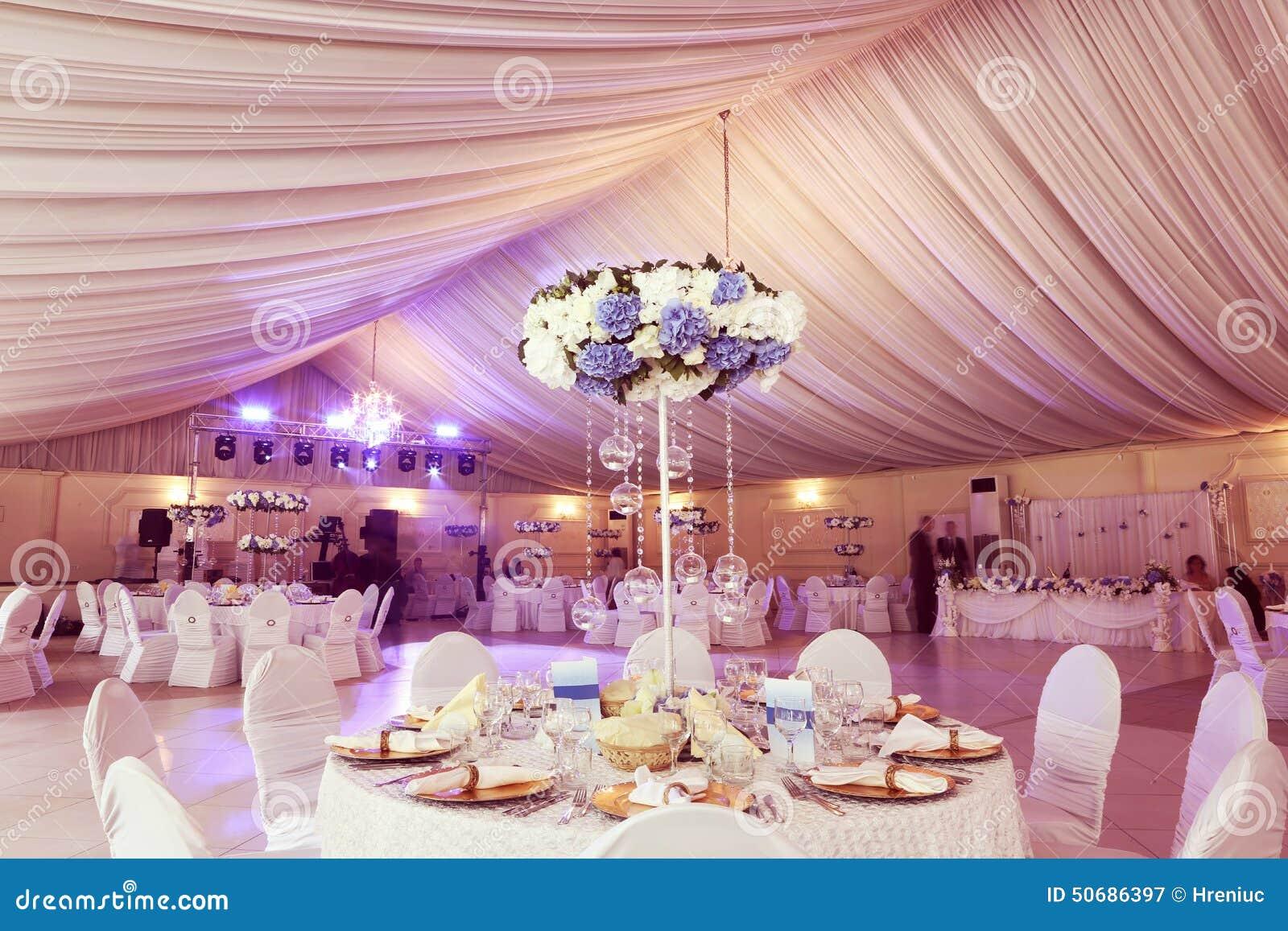 Download 婚礼装饰花 库存图片. 图片 包括有 内部, 人们, 理想, 正式, 刀叉餐具, 看板卡, 当事人, 承办酒席 - 50686397