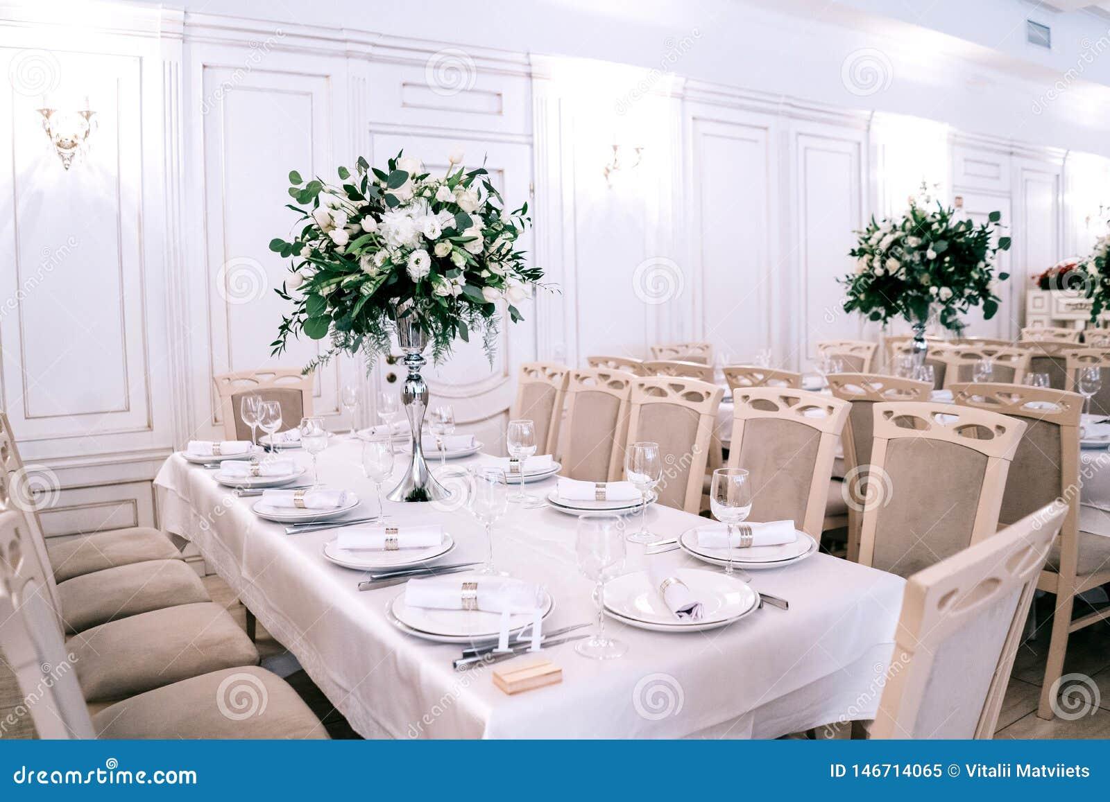 婚礼装饰,辅助部件,兰花,玫瑰,玉树,花束在餐馆,主持桌设置