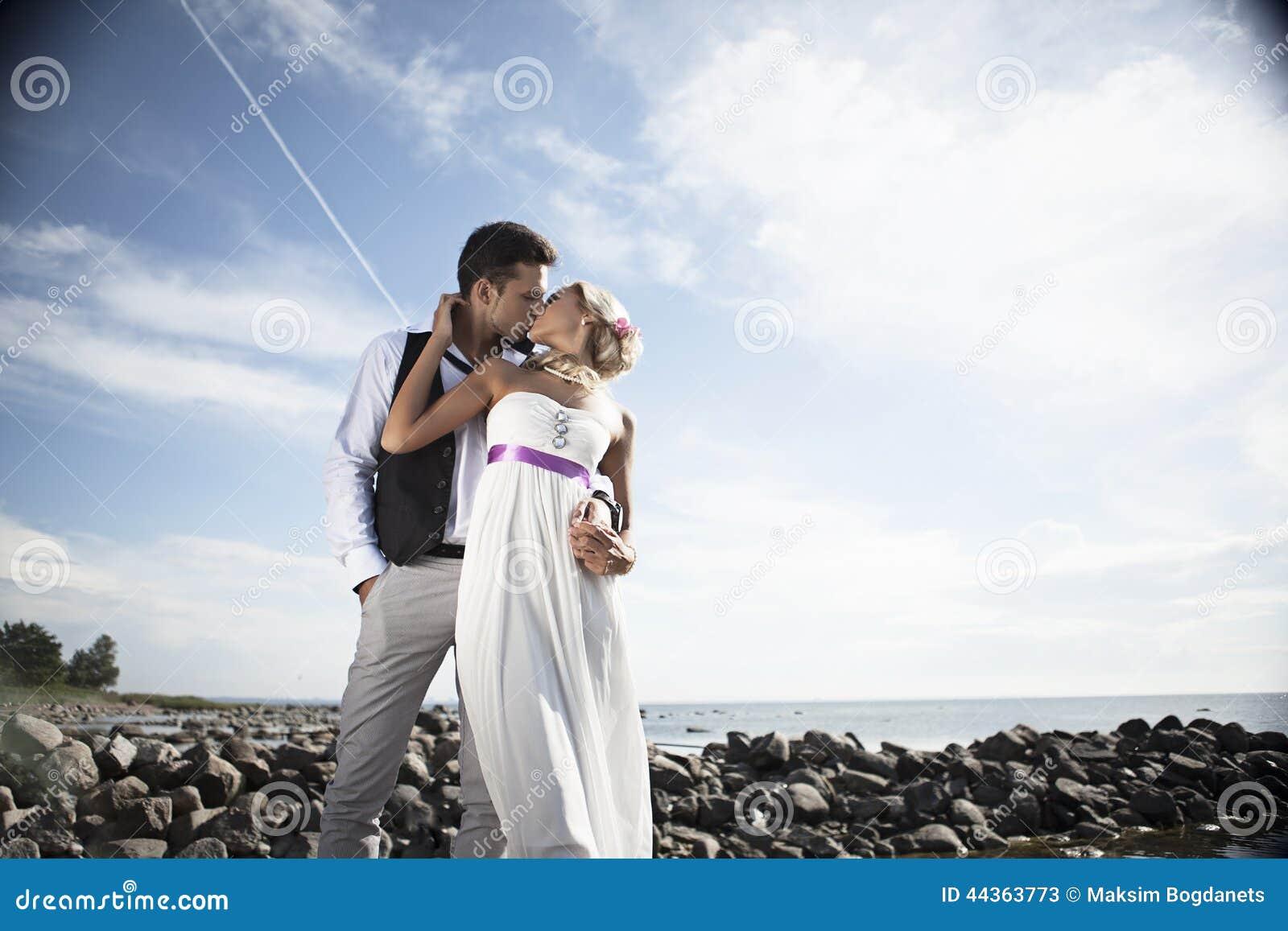 婚姻的,愉快的年轻人和妇女庆祝