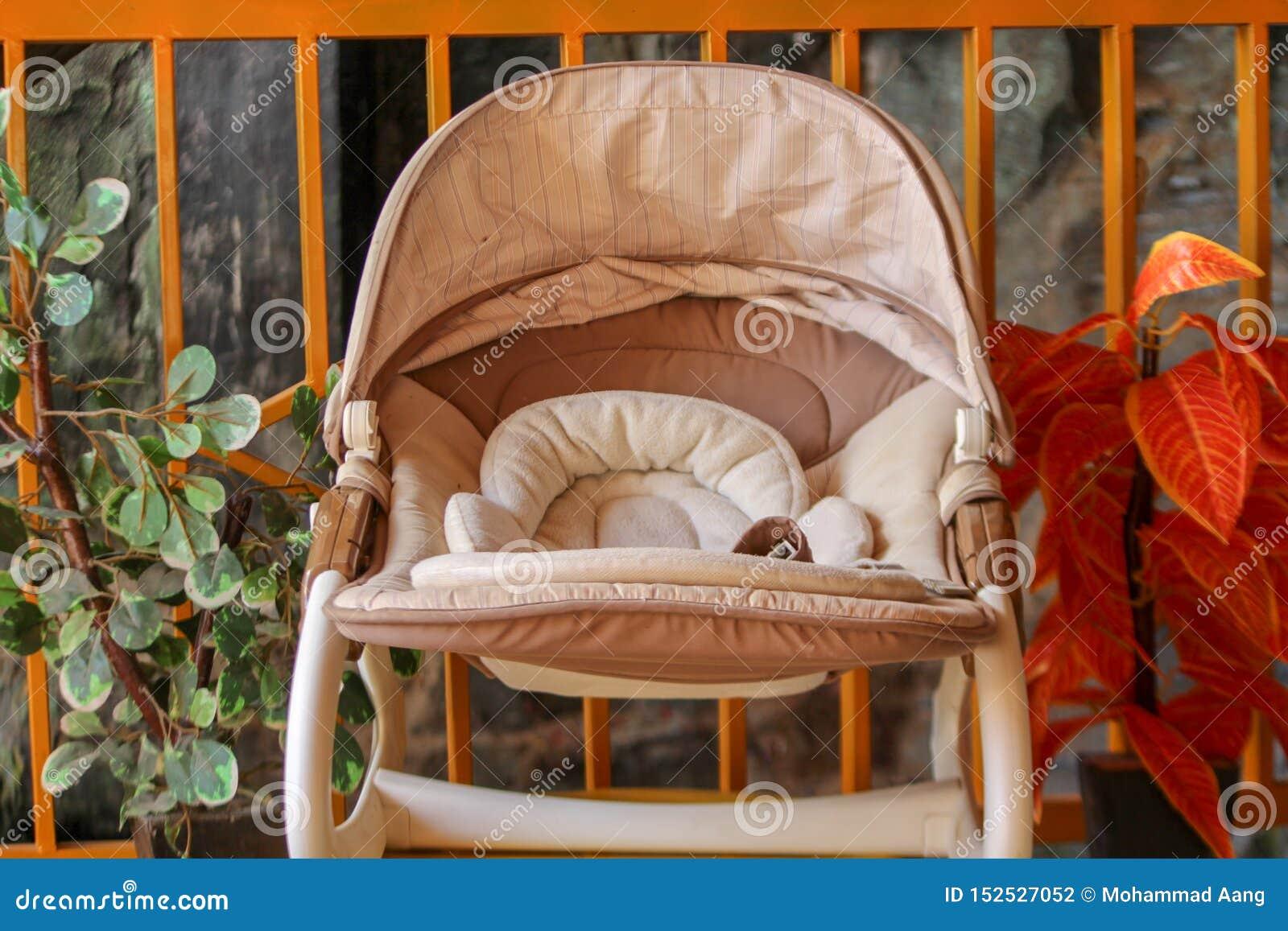 婴儿车有花背景在庭院里