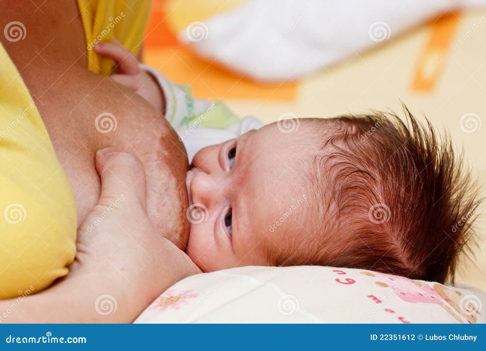 婴孩乳房女孩她母亲s吮