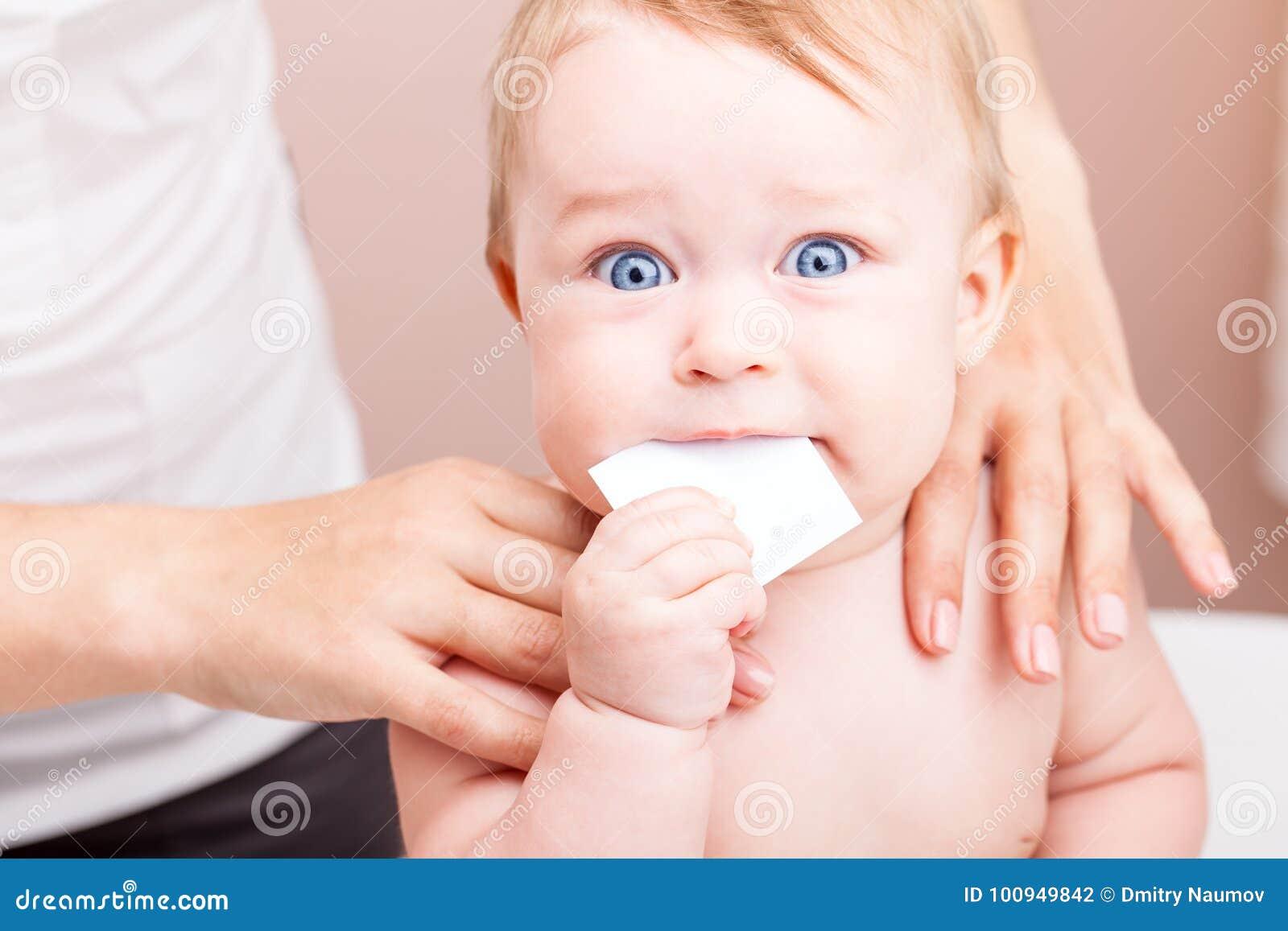 婴孩在得到整骨疗法治疗的医生办公室应该