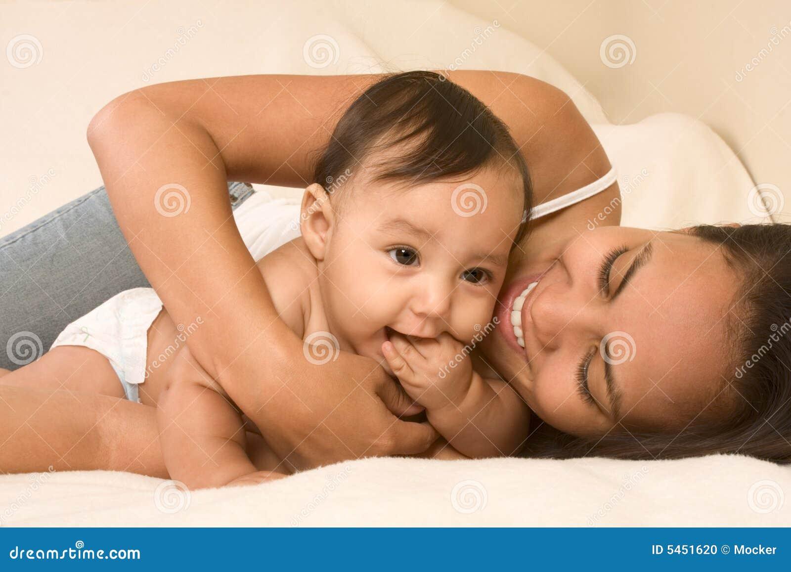 婴孩床男孩她的演奏儿子的母亲