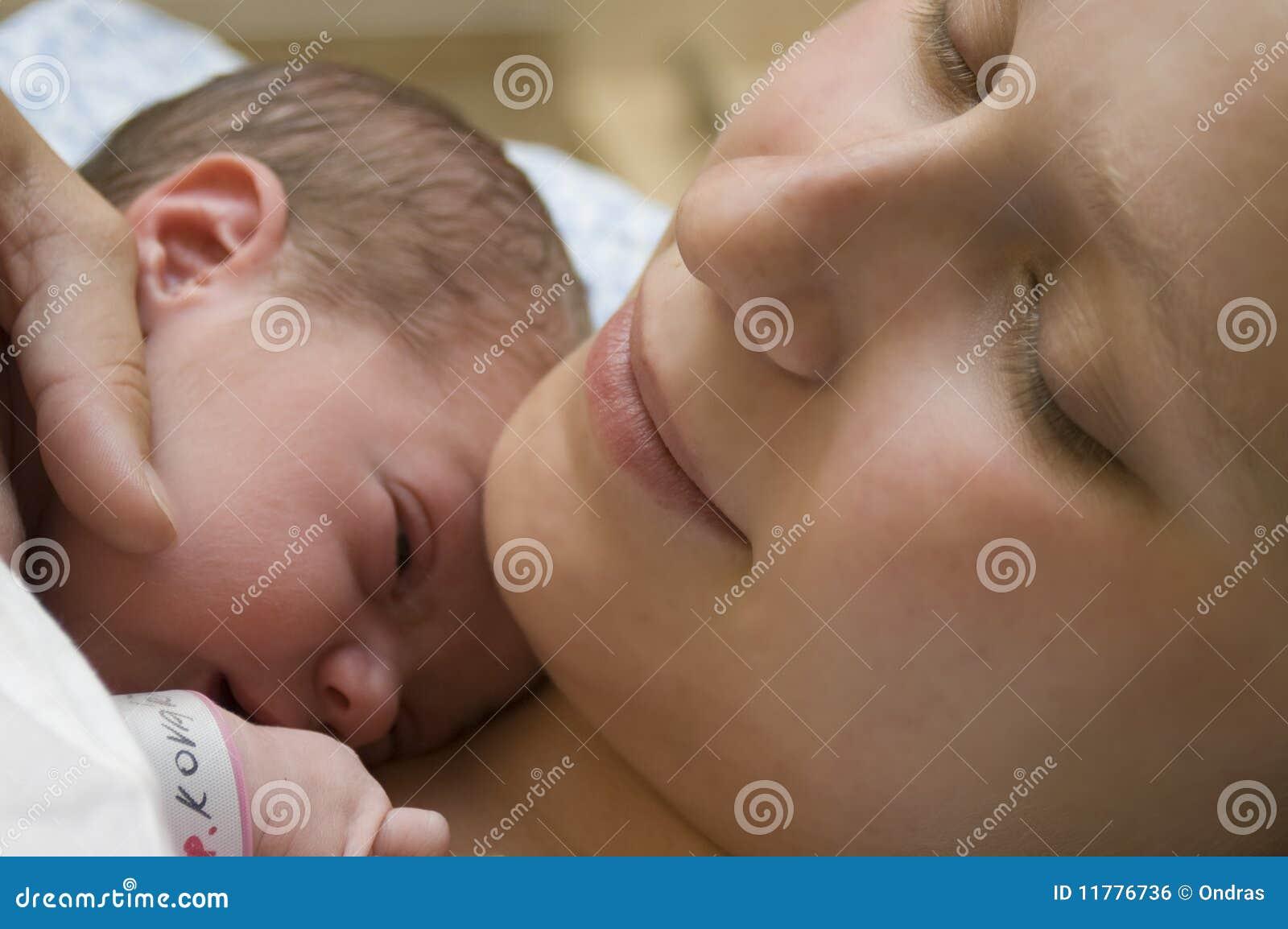婴孩新出生她的母亲