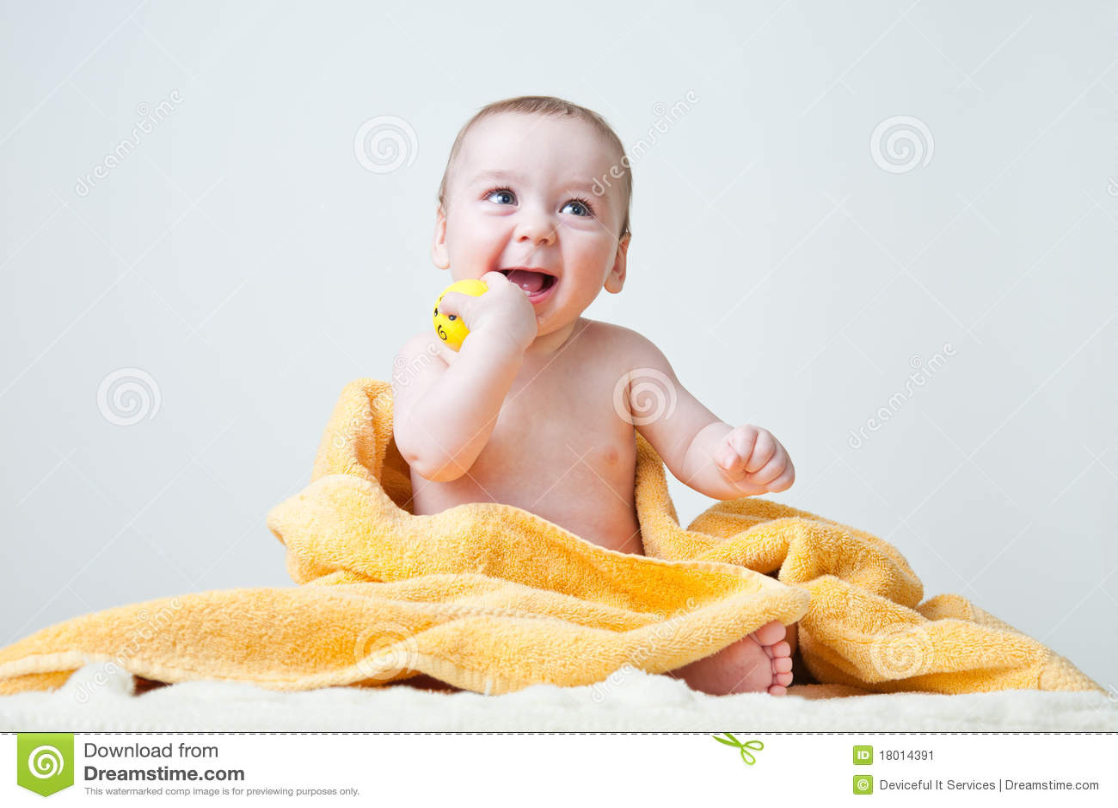 婴孩浴sittin毛巾被包裹的黄色