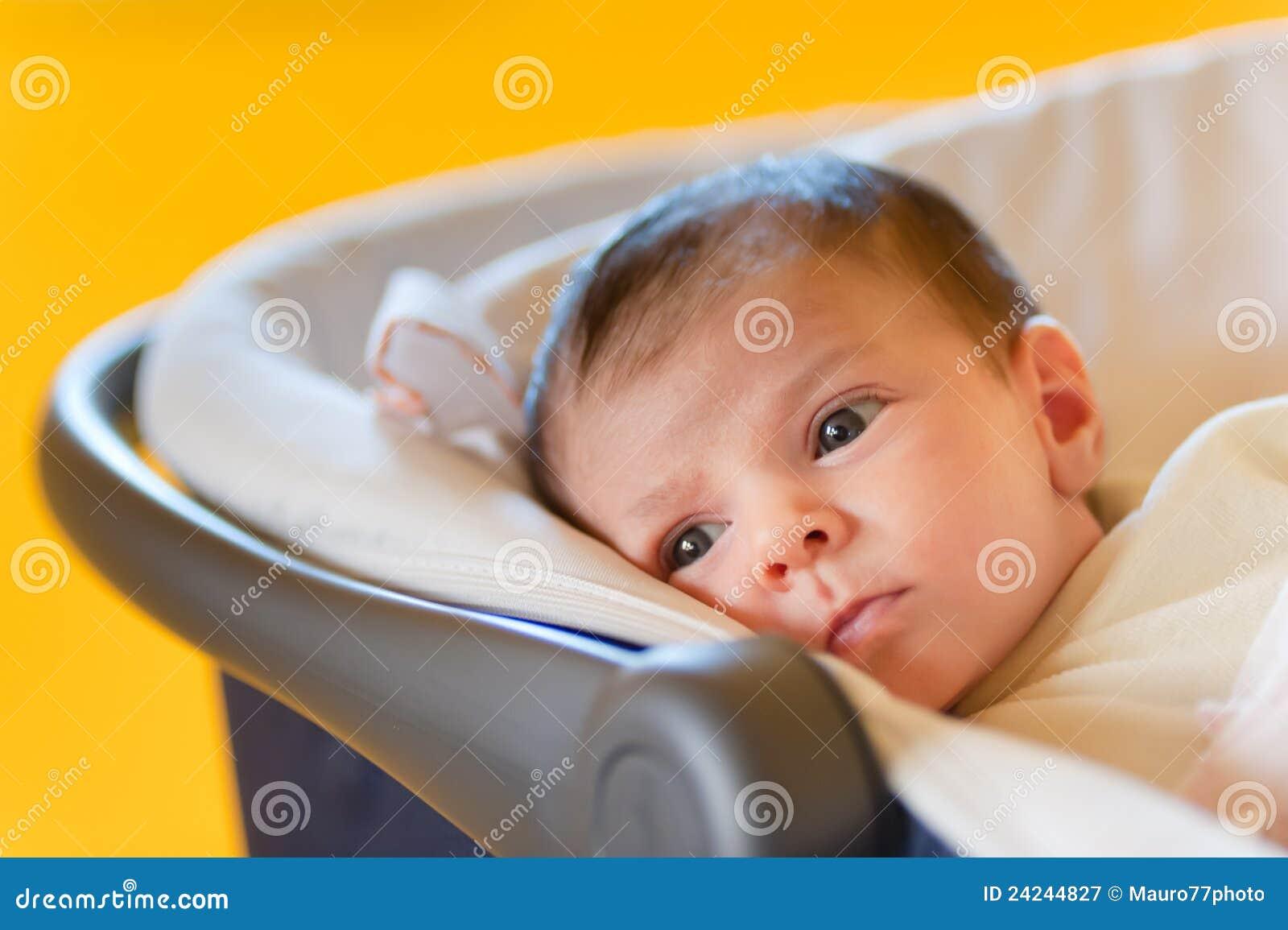 婴孩逗人喜爱的婴儿推车