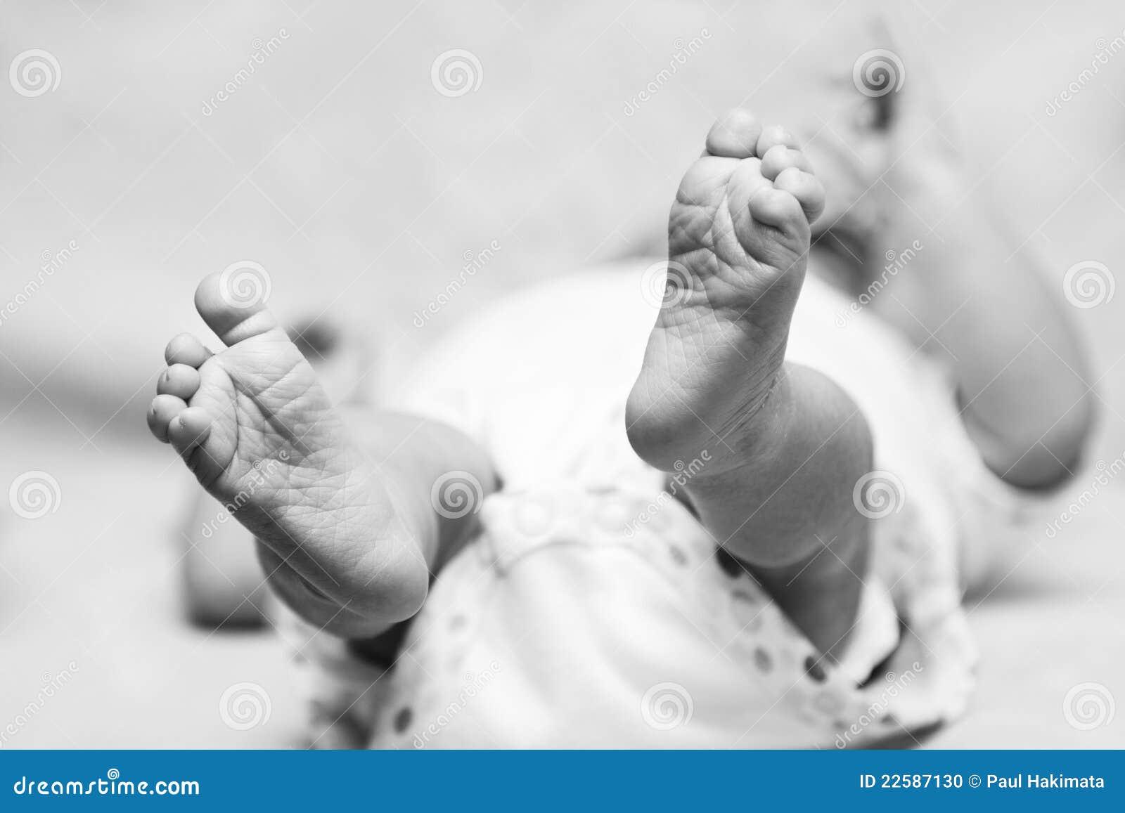 婴孩逗人喜爱的英尺