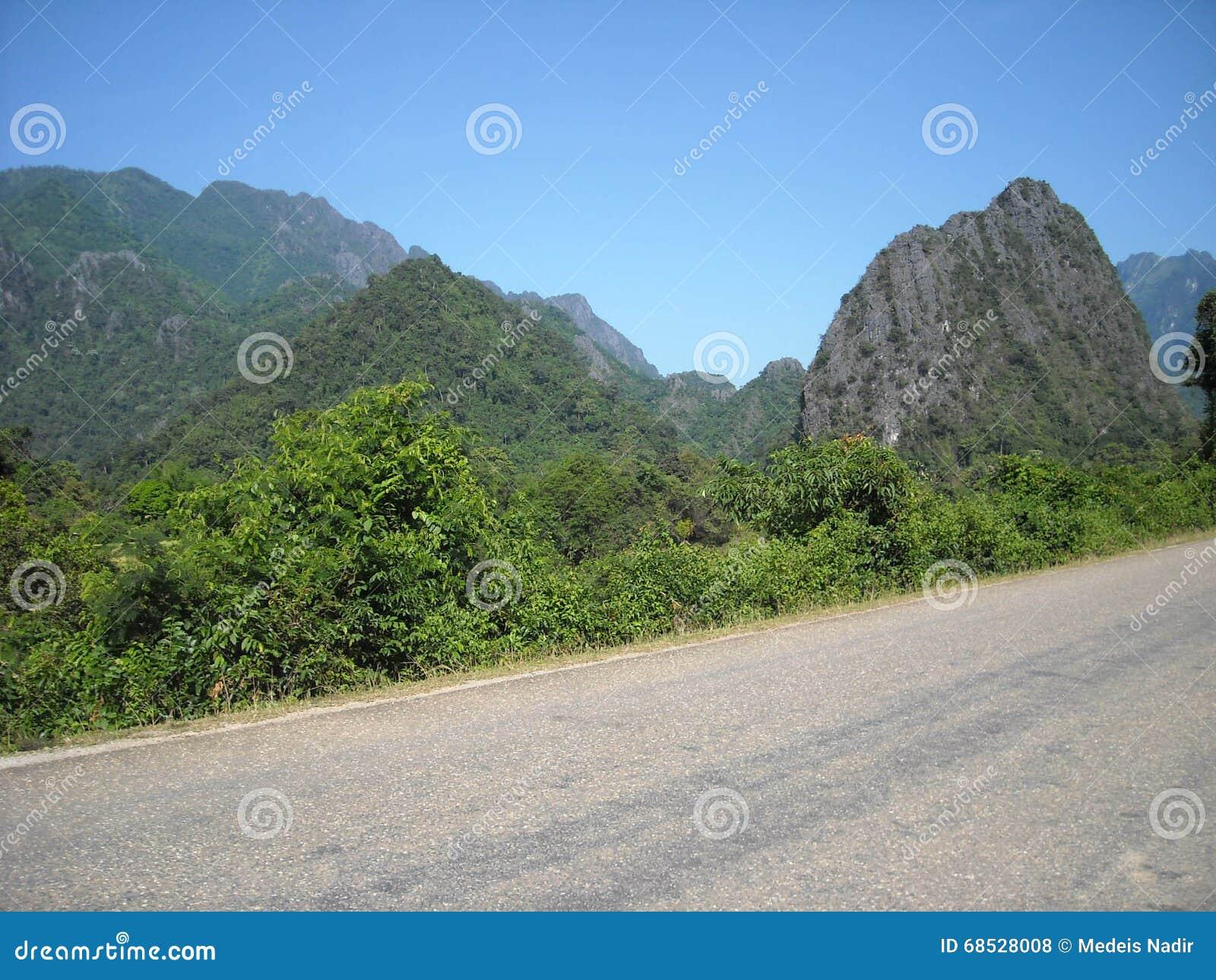 嫩绿的小山全景在东南亚