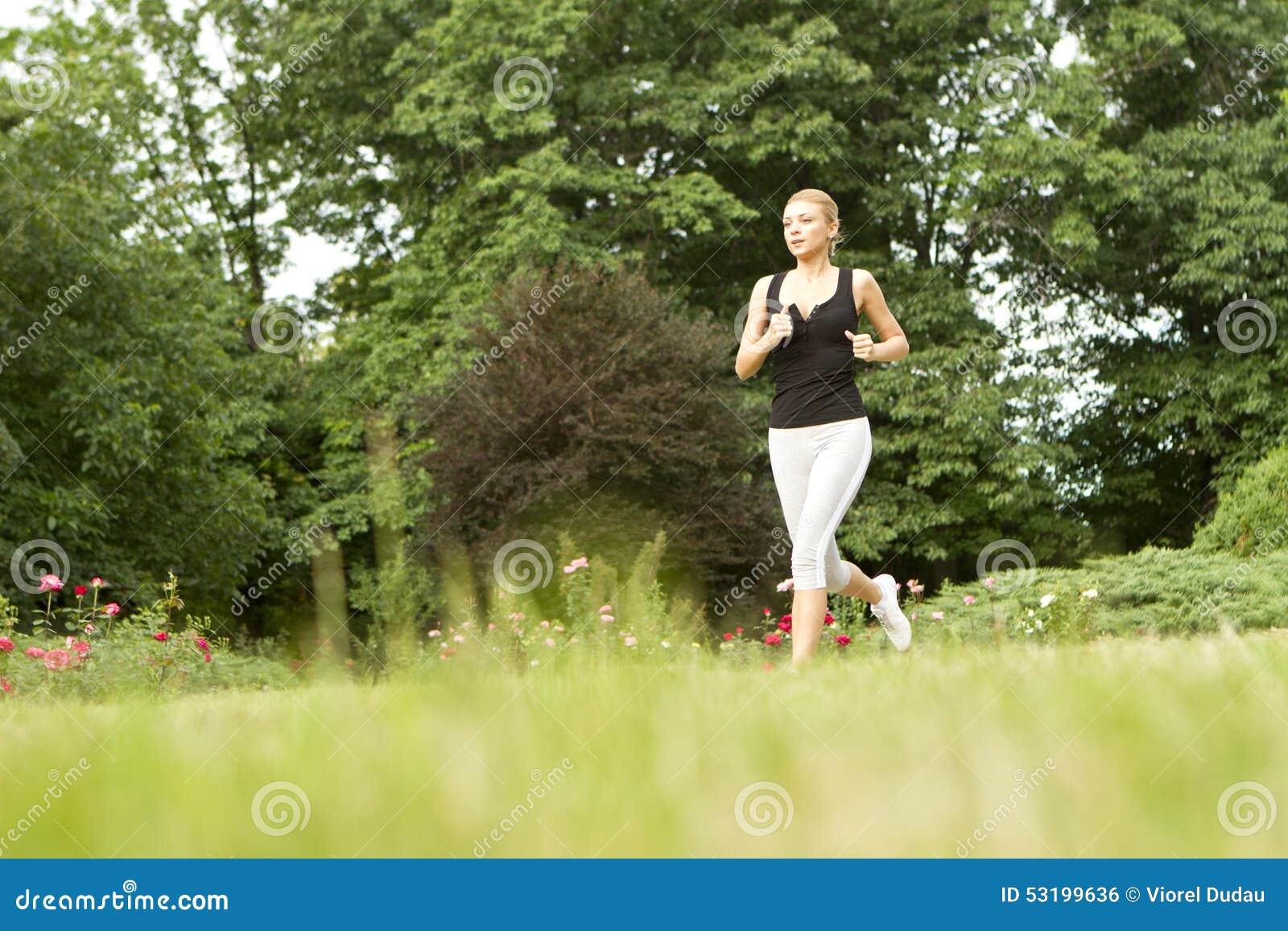 嬉戏妇女赛跑