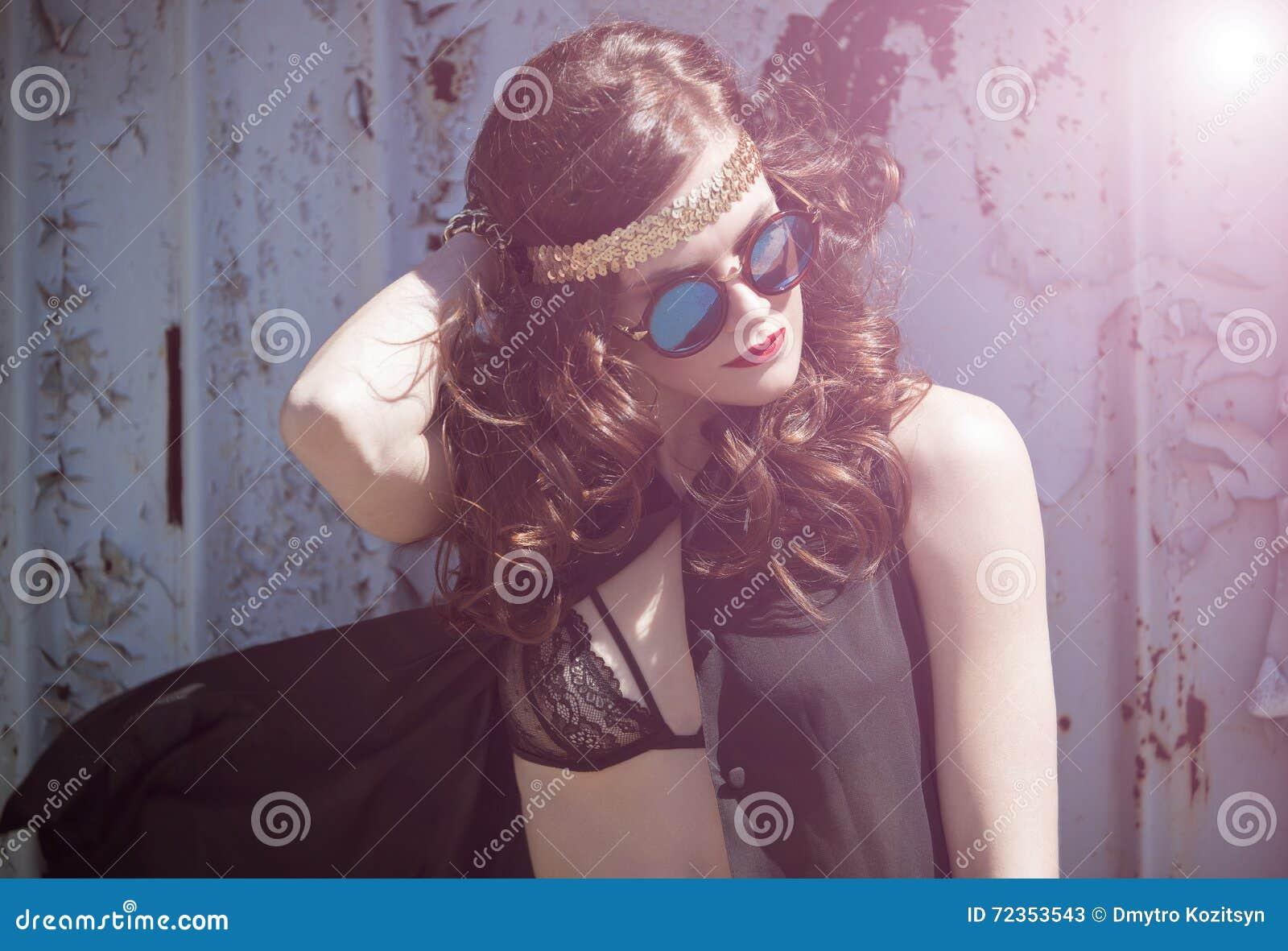 年轻嬉皮女孩画象sunglases的