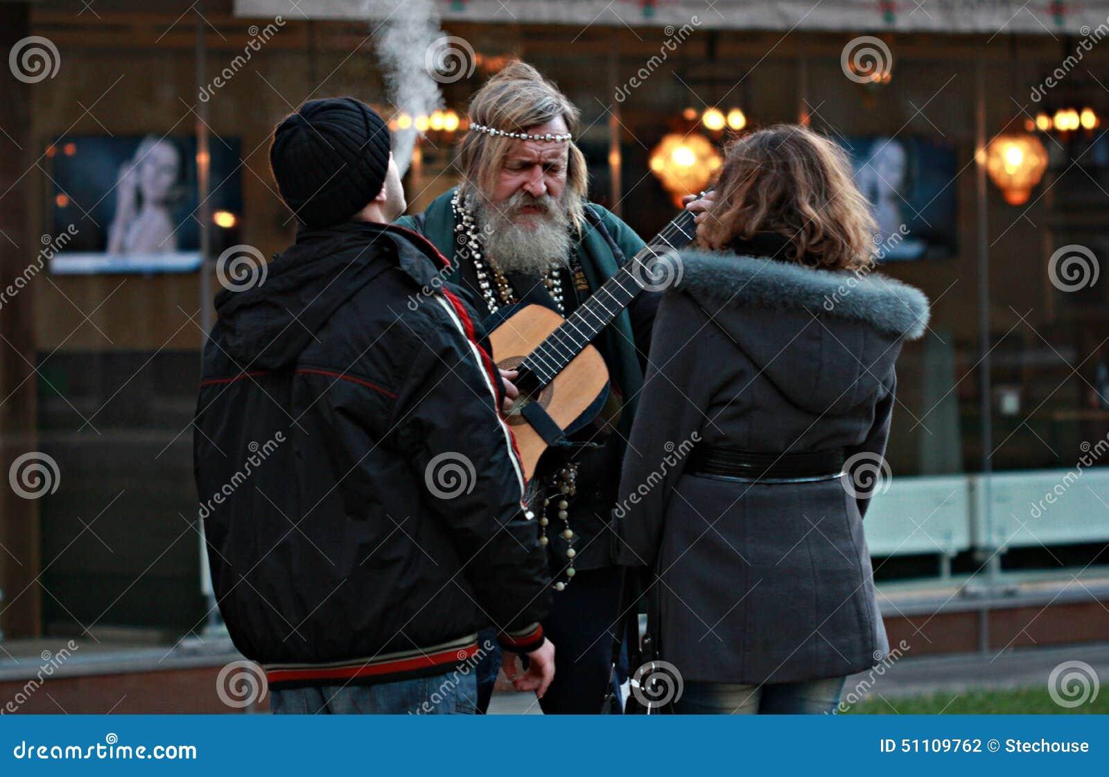 嬉皮的人在傲德萨,乌克兰弹吉他