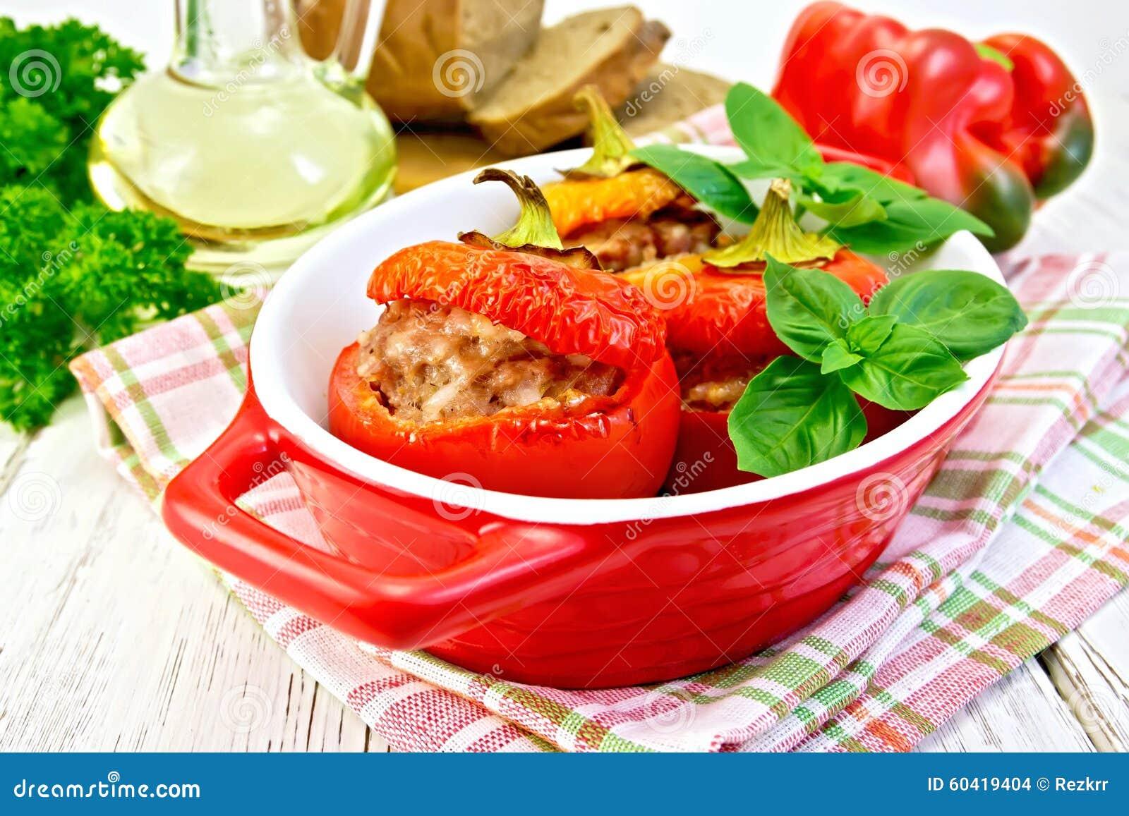 以子弹密击在红色烘烤器的被充塞的肉在轻的委员会
