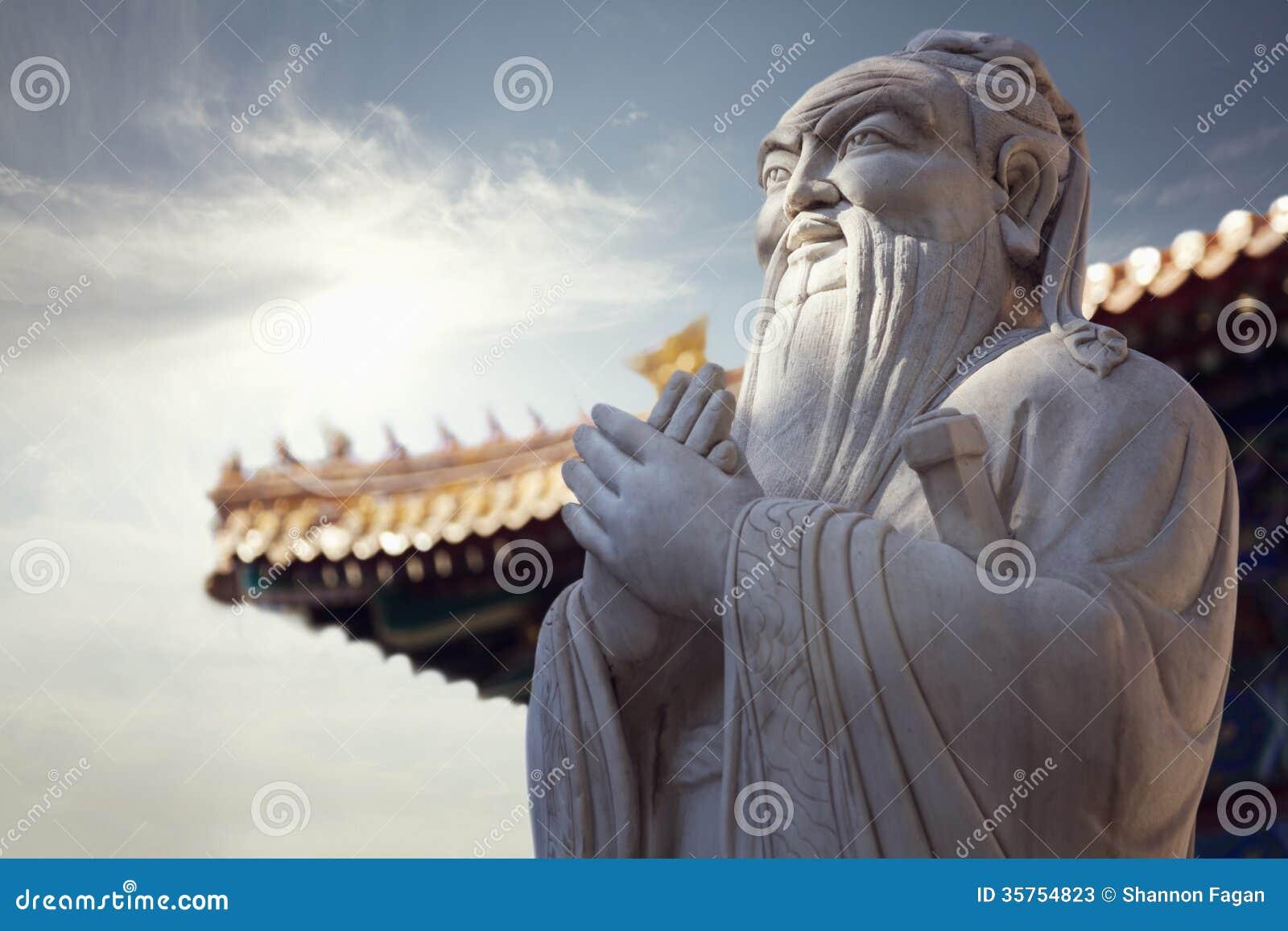 孔子,塔屋顶石雕象特写镜头在背景中