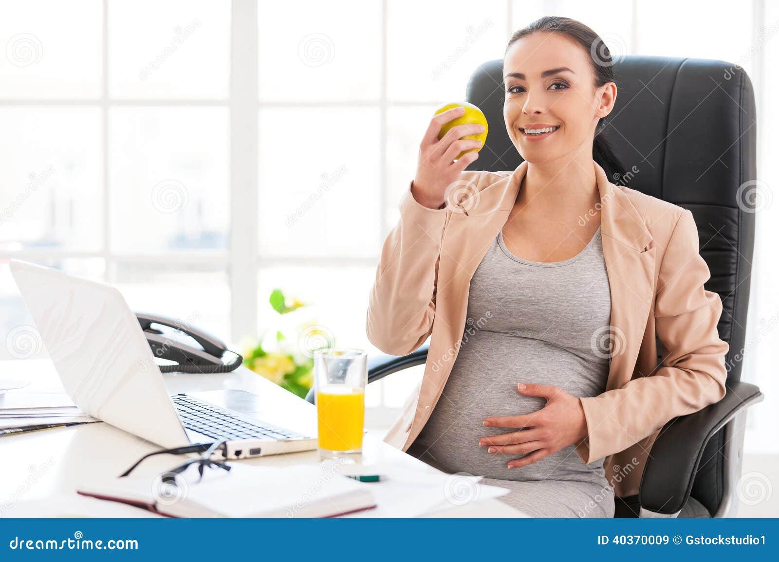 孕妇在办公室.