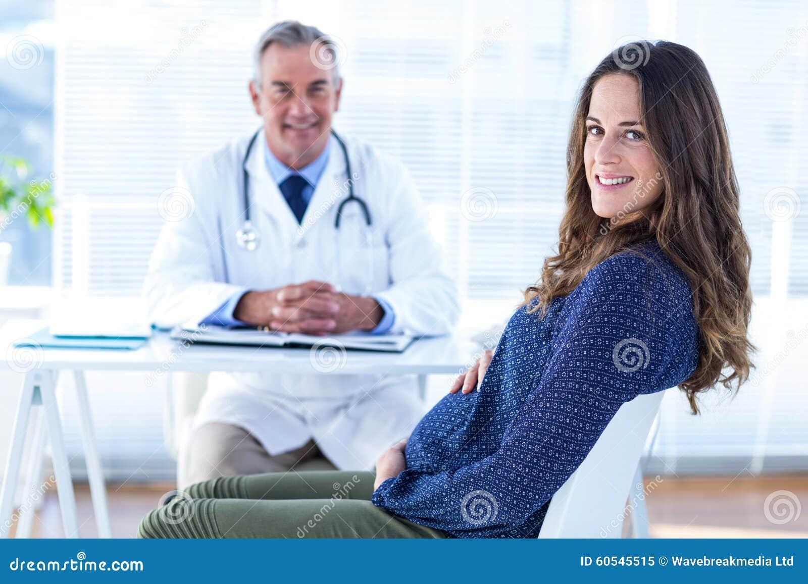 孕妇画象有男性医生的诊所的
