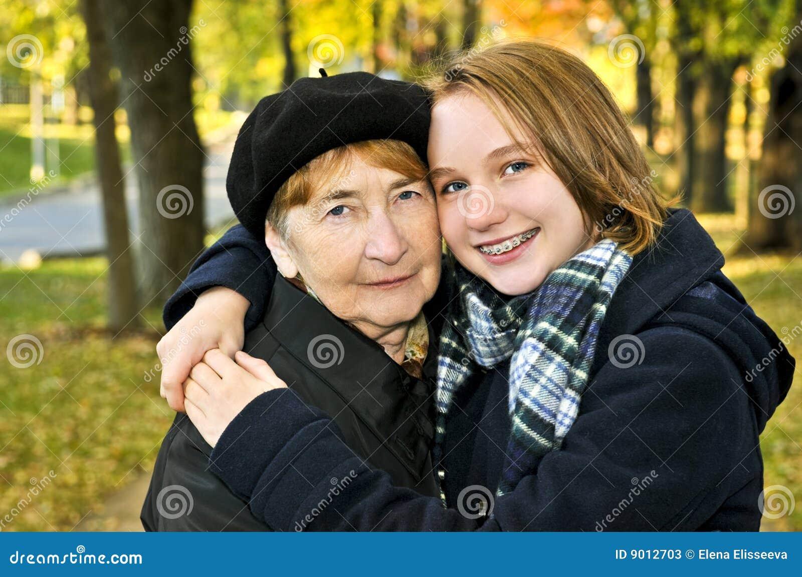 孙女祖母拥抱