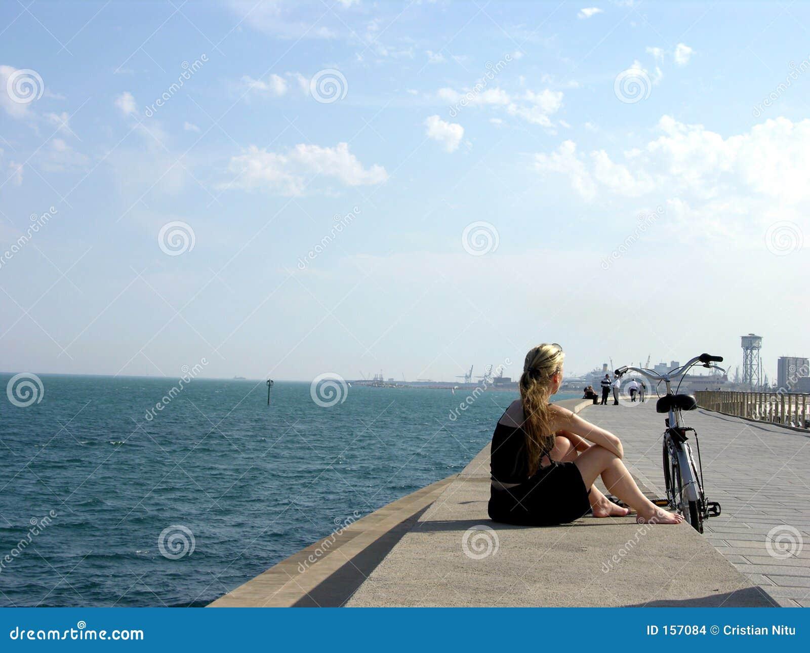 孤独海岸线的女孩