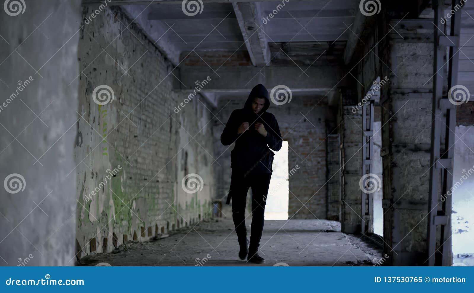 孤独的男孩走在被放弃的大厦的,美国黑人没有朋友,种族主义