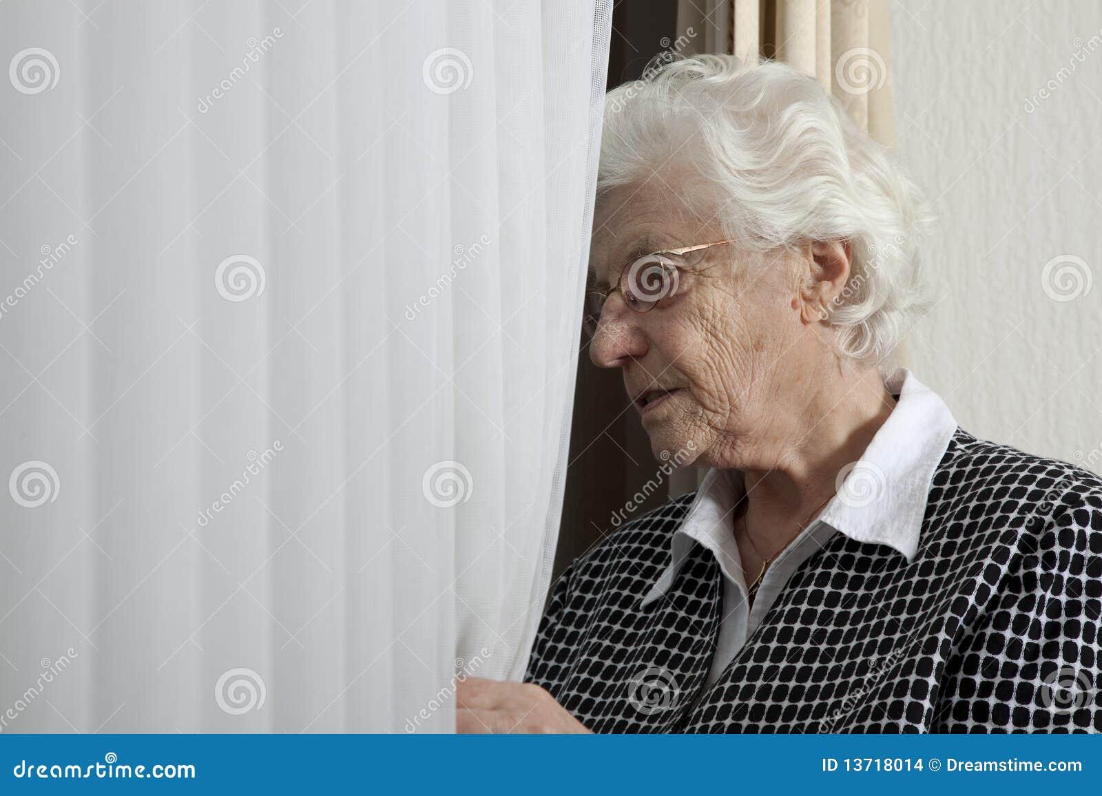 孤独的看起来的老视窗妇女