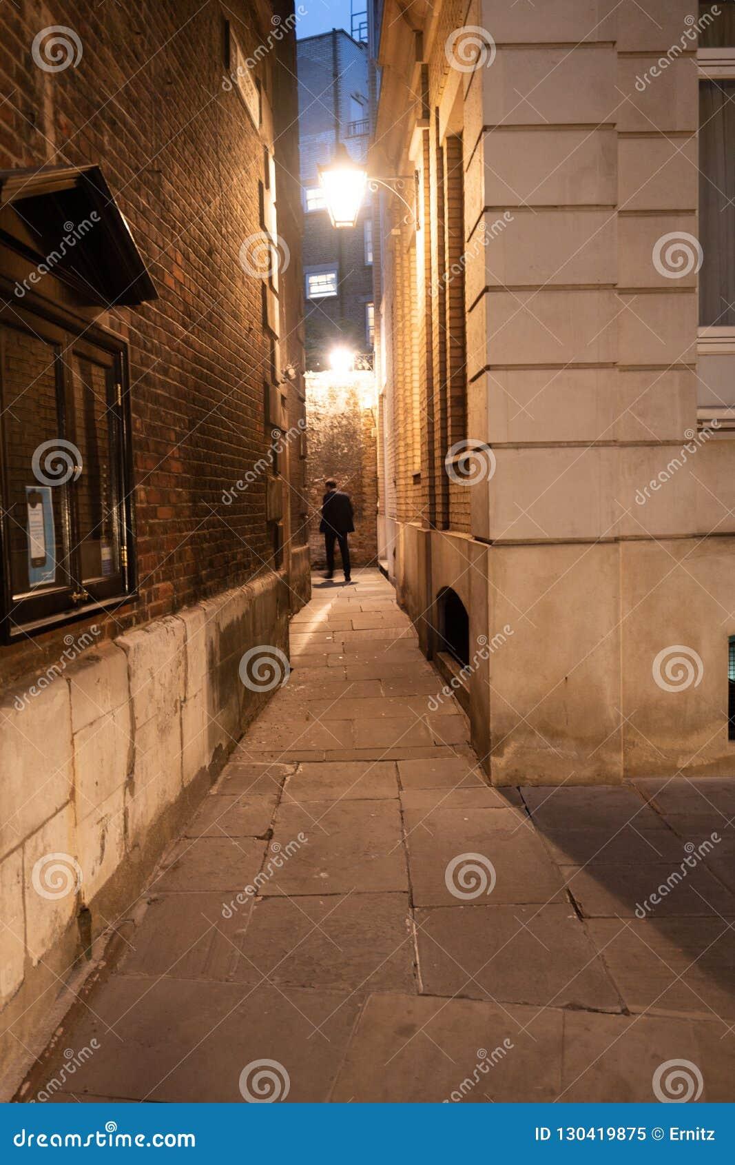 孤立人在巷道