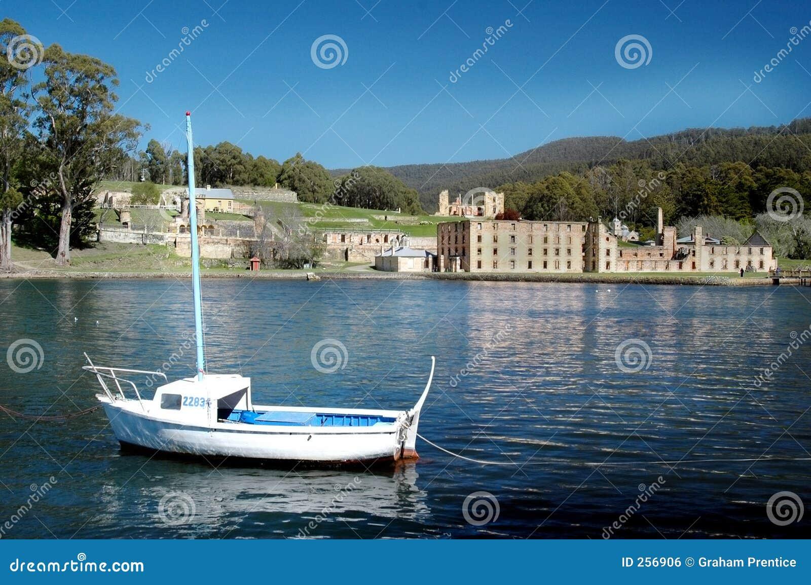 孤立小船的捕鱼