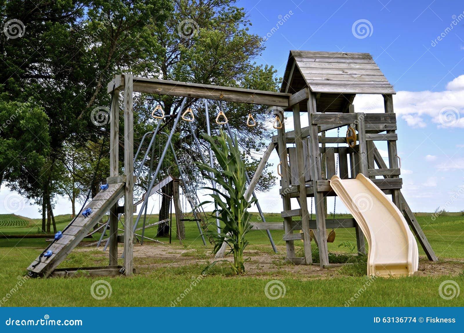 孤立玉米茎在操场设备公园