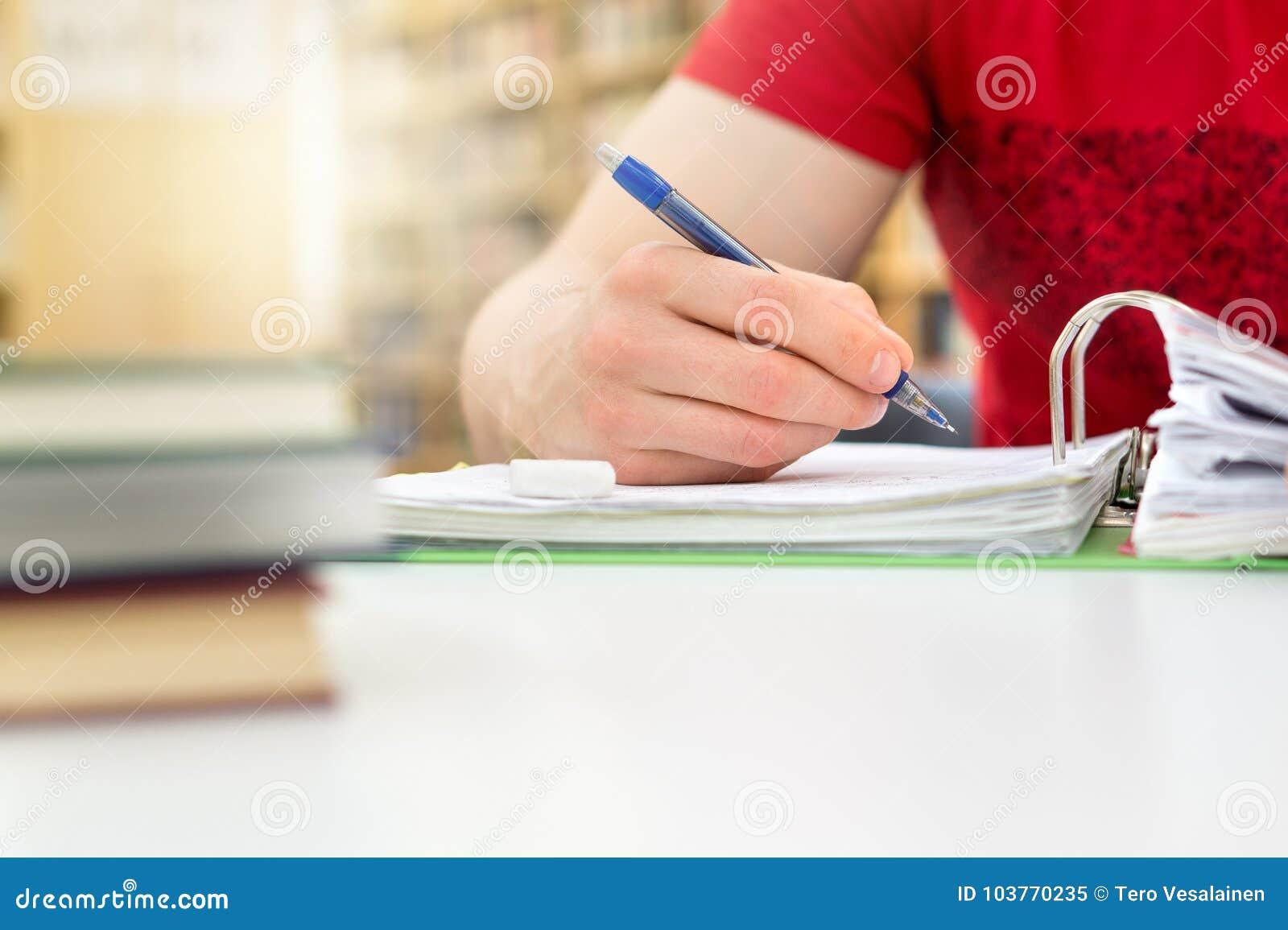 学习和写笔记的学生公开或学校图书馆