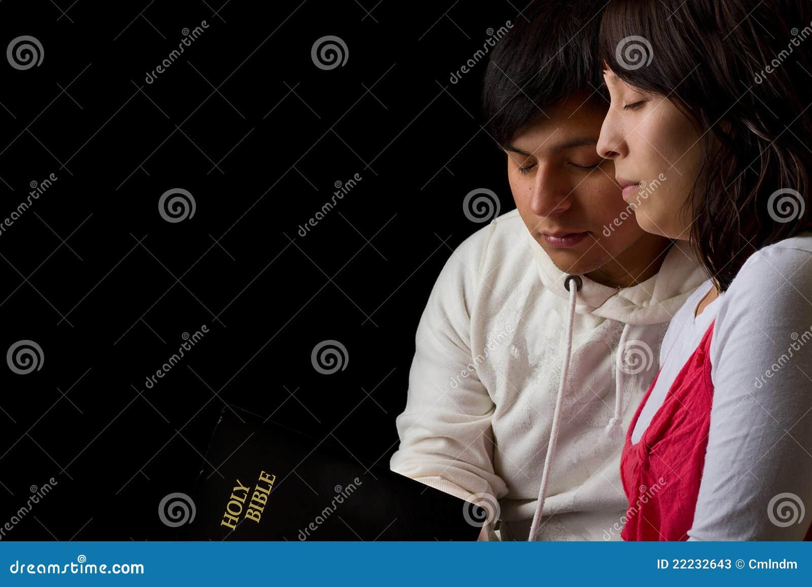 学习圣经和祈祷的西班牙夫妇