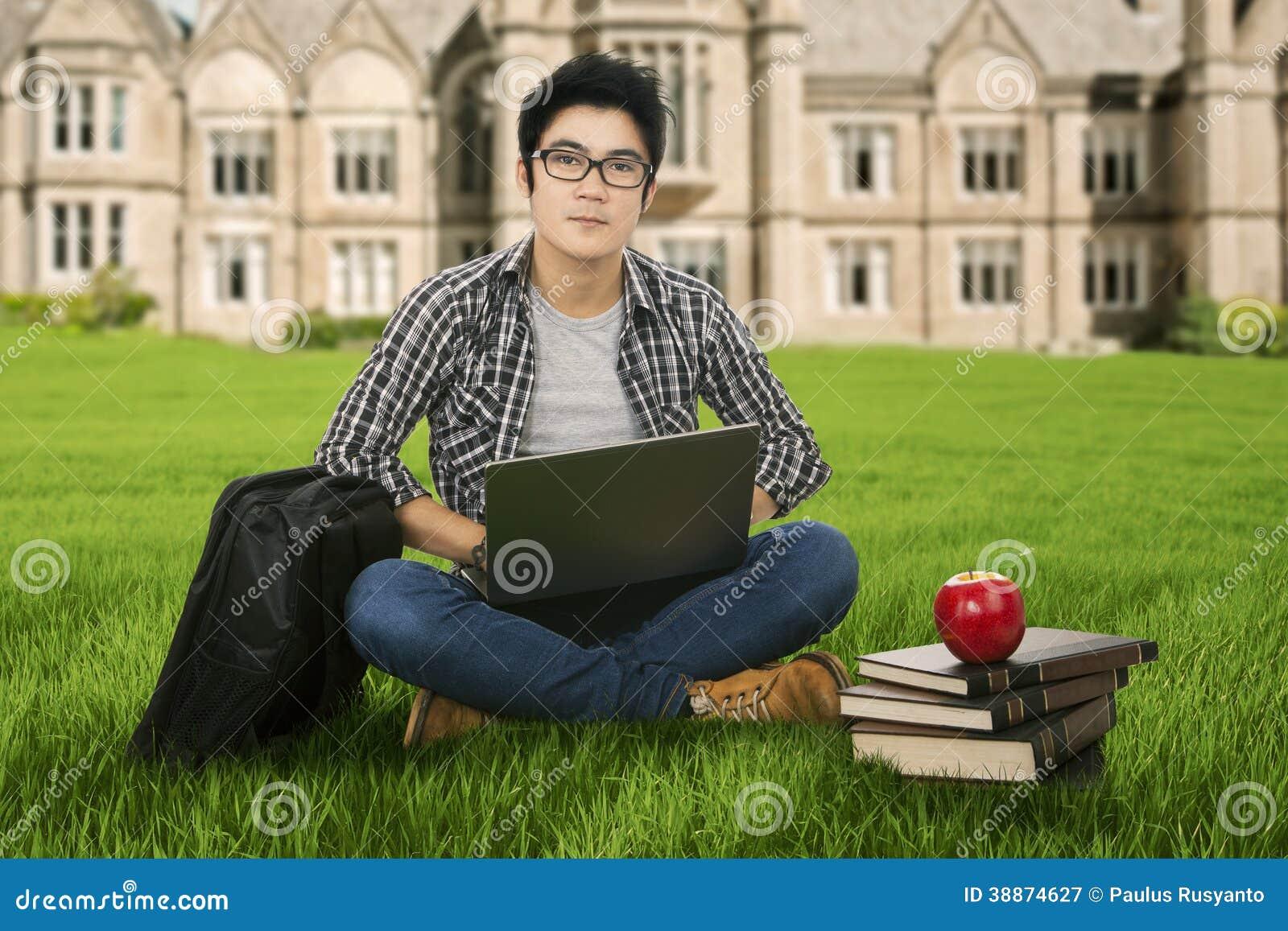 学习在公园的男学生