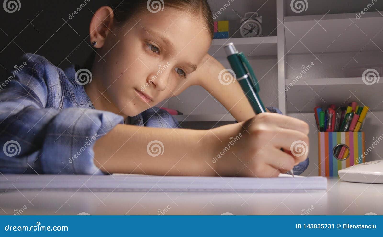 学习在夜,在学会晚上女小学生的黑暗的学生的孩子文字的孩子