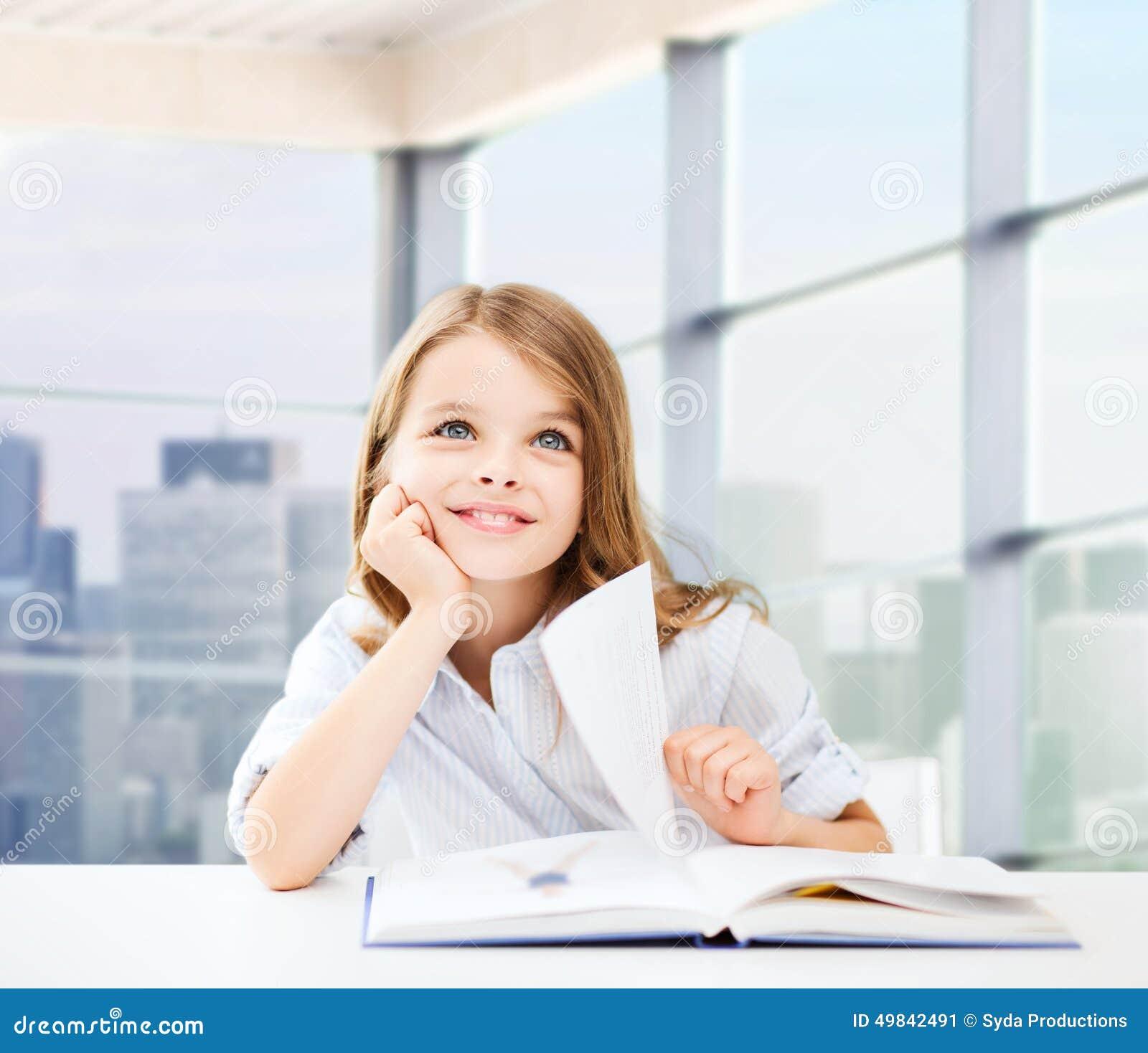 教室,孩子和人们概念-具备与书的桌上和写在思维学校的笔记本的小学生的坐在能力背景高中生所图片