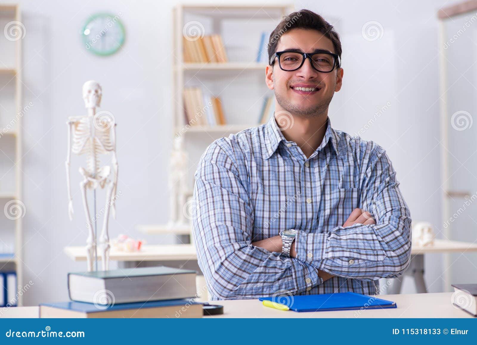 学习在教室的医科学生
