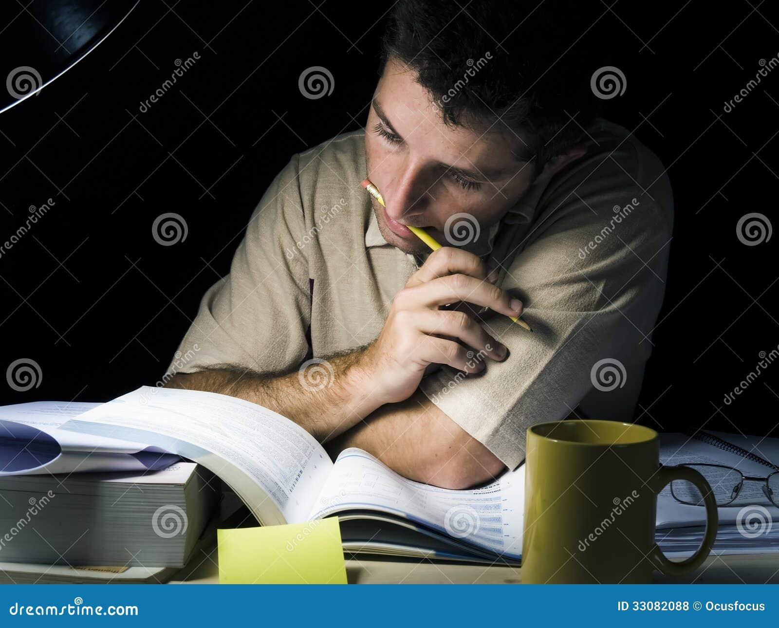 学习在晚上的年轻人