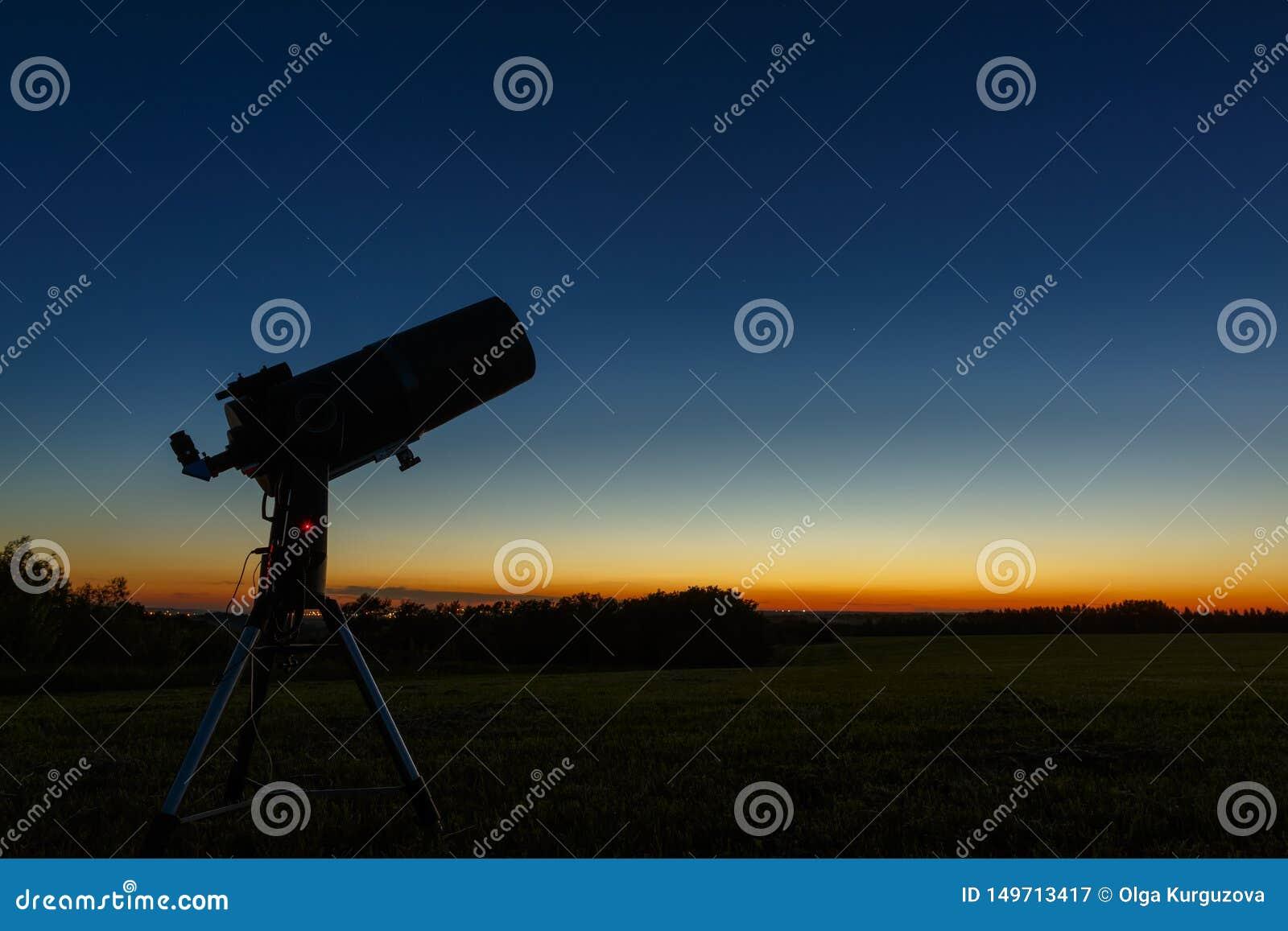 学习星和行星的望远镜为室外观察准备