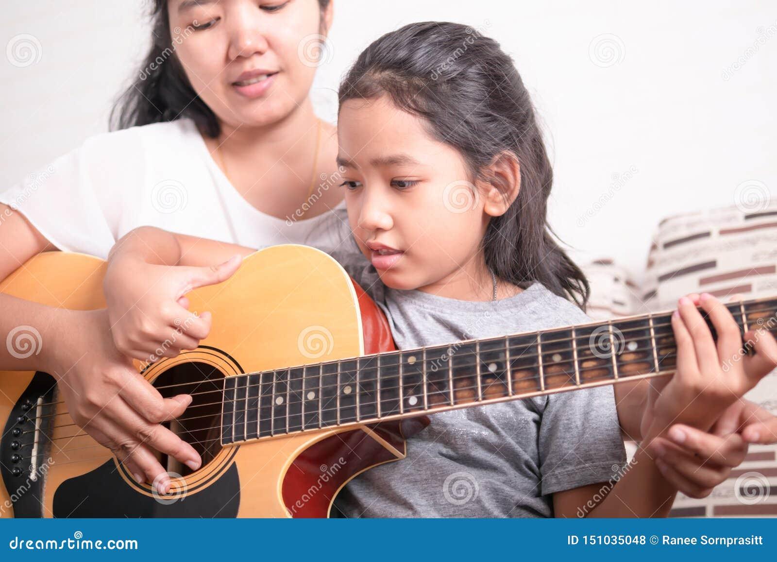 学会亚裔的女孩演奏音乐