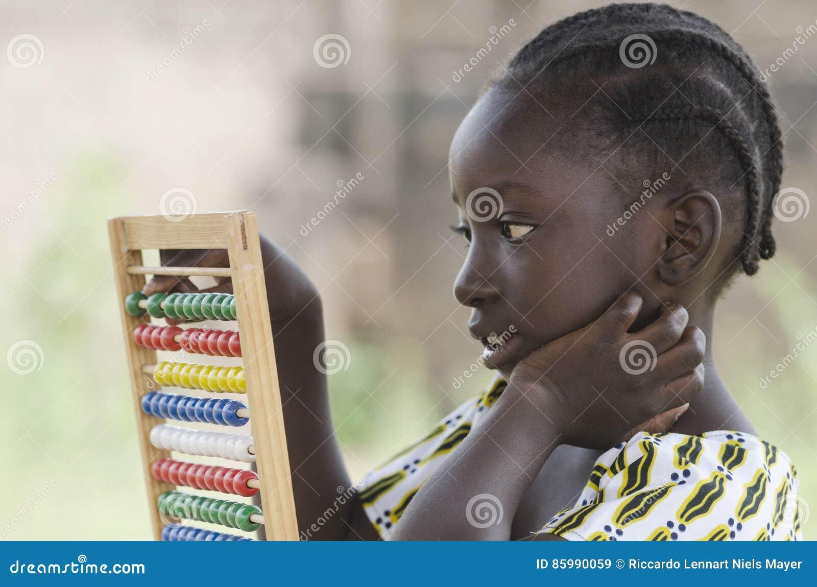 学会在算盘的非洲学校女孩侧视图