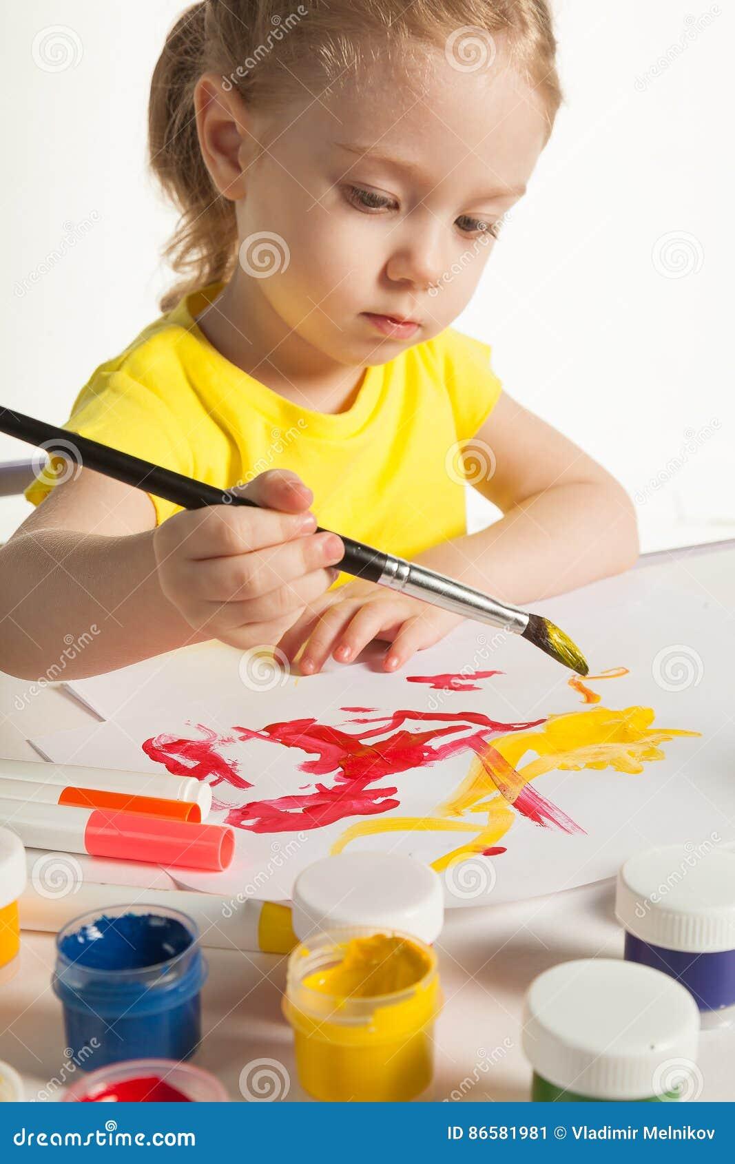 学会对绘的小逗人喜爱的女孩,在白色背景