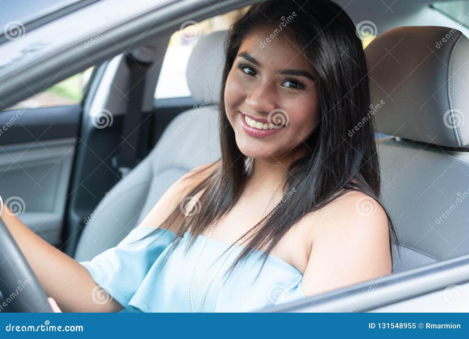 学会年轻西班牙的十几岁的女孩驾驶