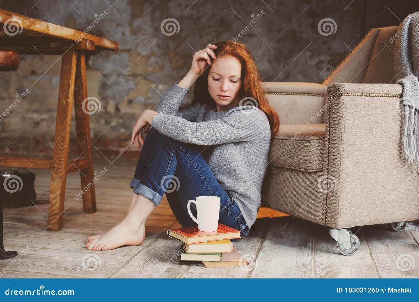 学会年轻readhead学生的妇女和阅读书