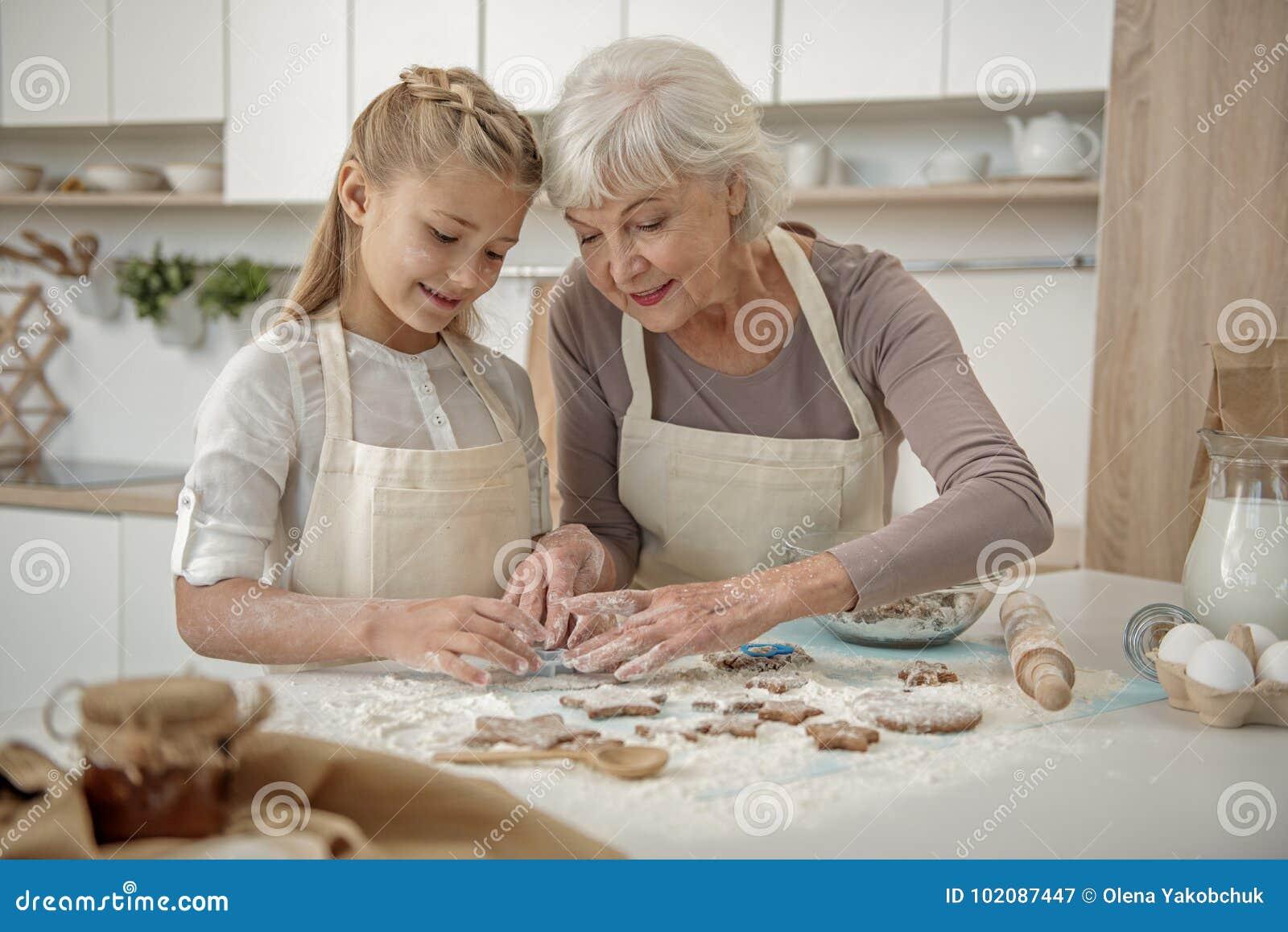学会快乐的孙做酥皮点心在厨房里
