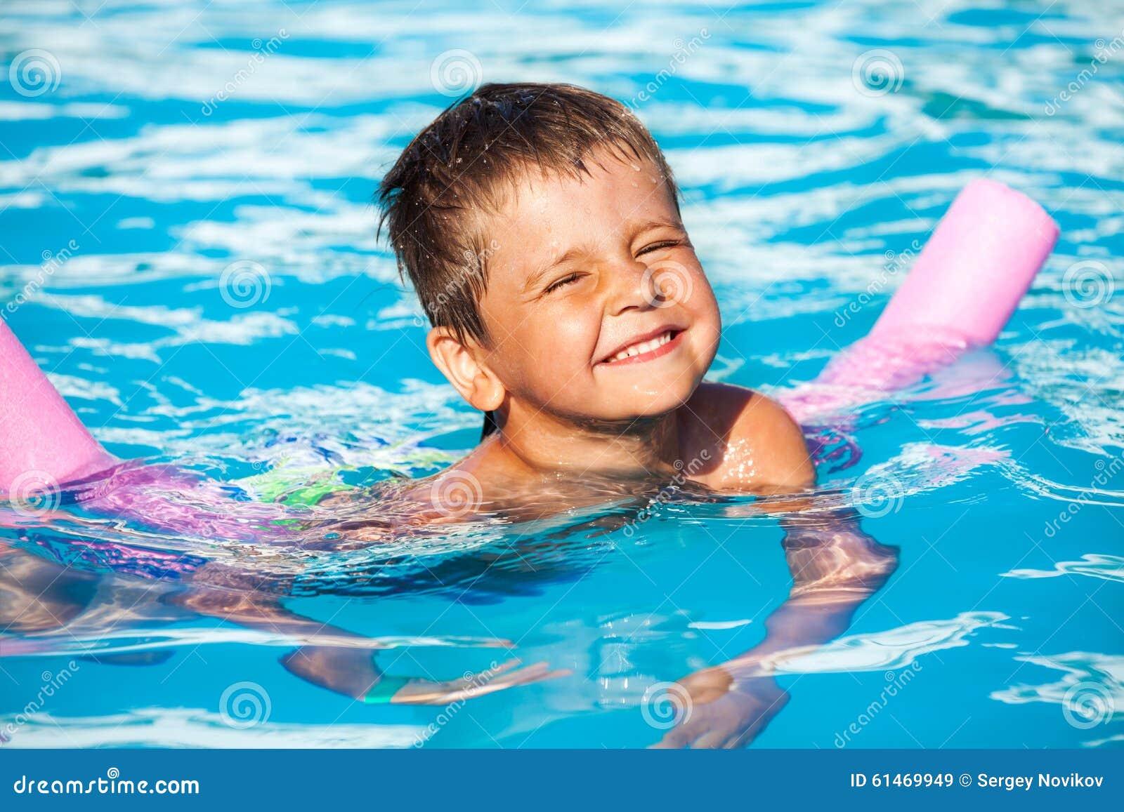 学会男孩的特写镜头游泳用水池面条