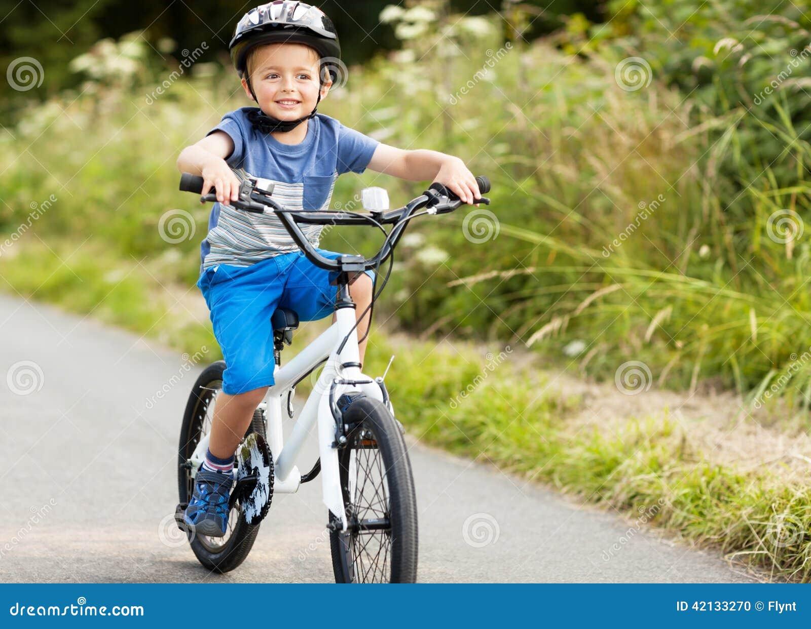 学会的男孩骑他的自行车