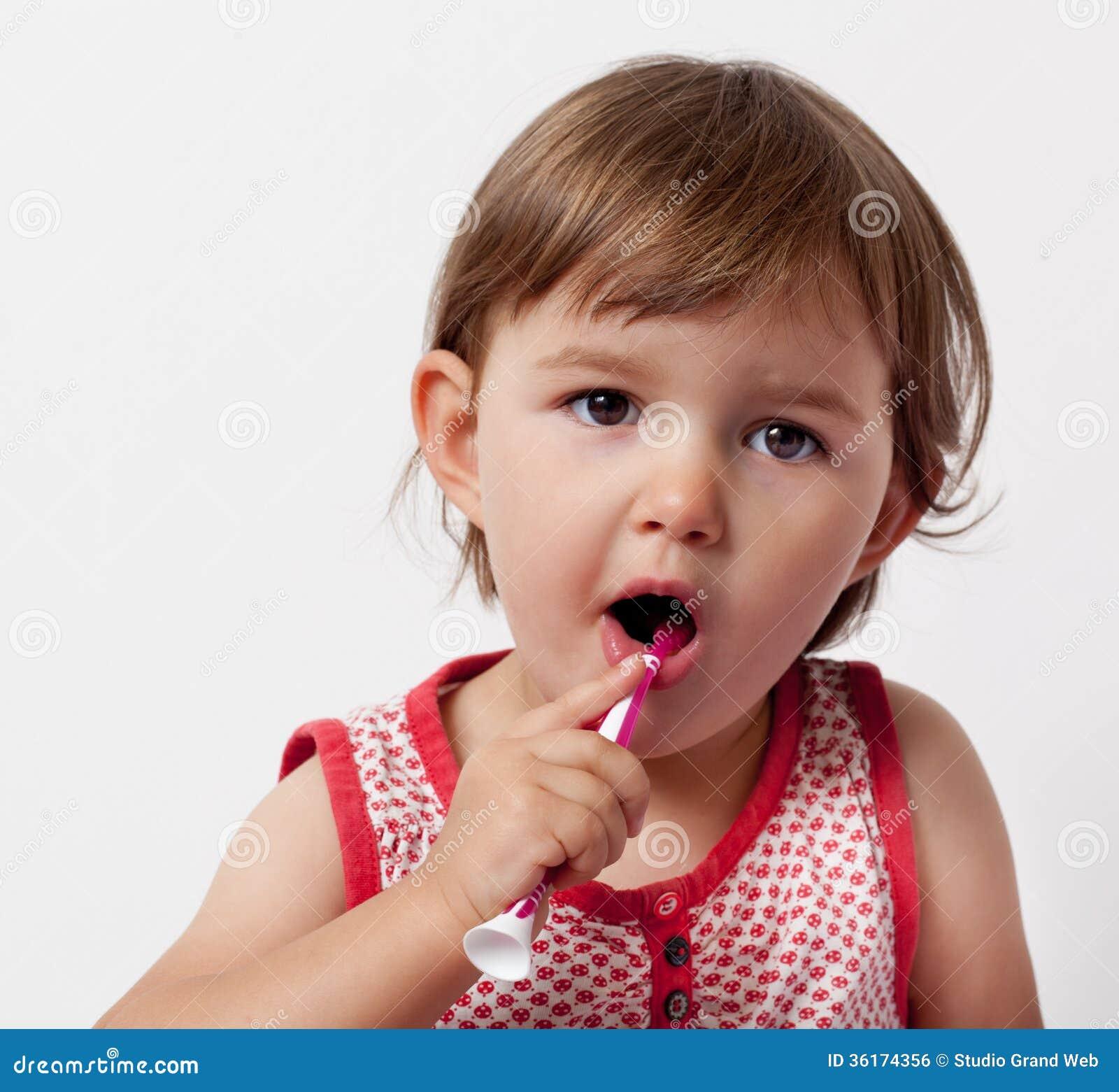 学会的婴孩对她的有牙刷的牙关心