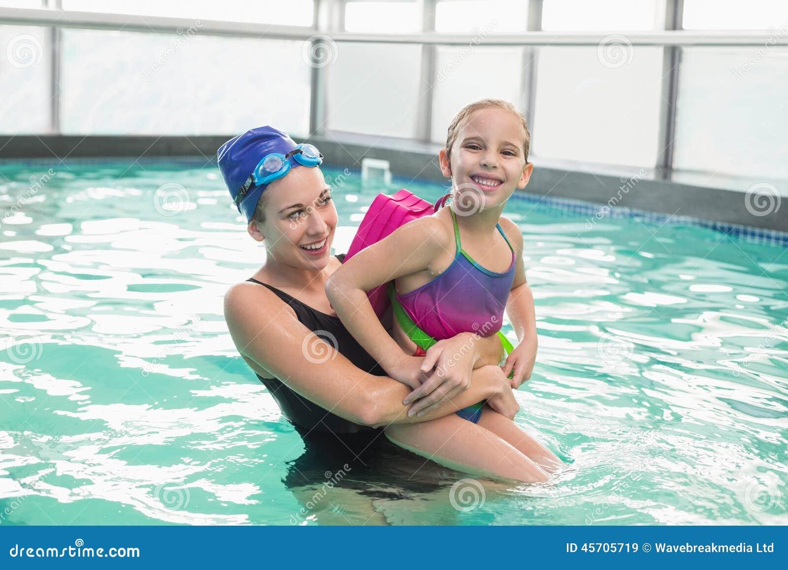 学会逗人喜爱的小女孩游泳与教练